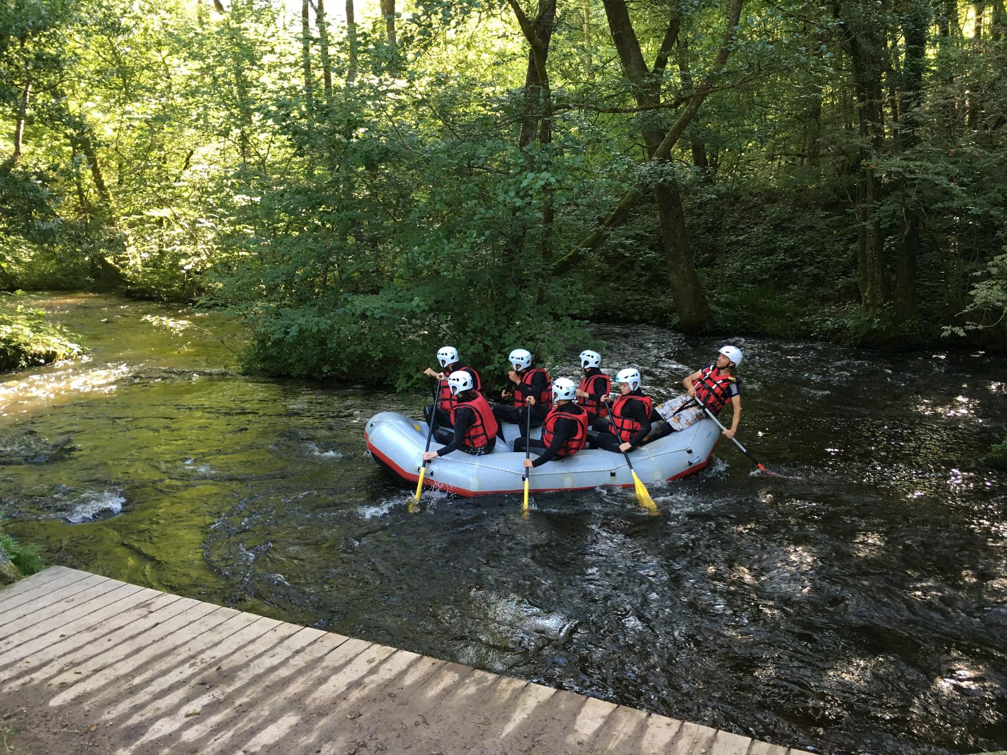 """Le raft réalise ainsi un """"bac"""" arrière : il se déplace de la rive gauche à la rive droite."""