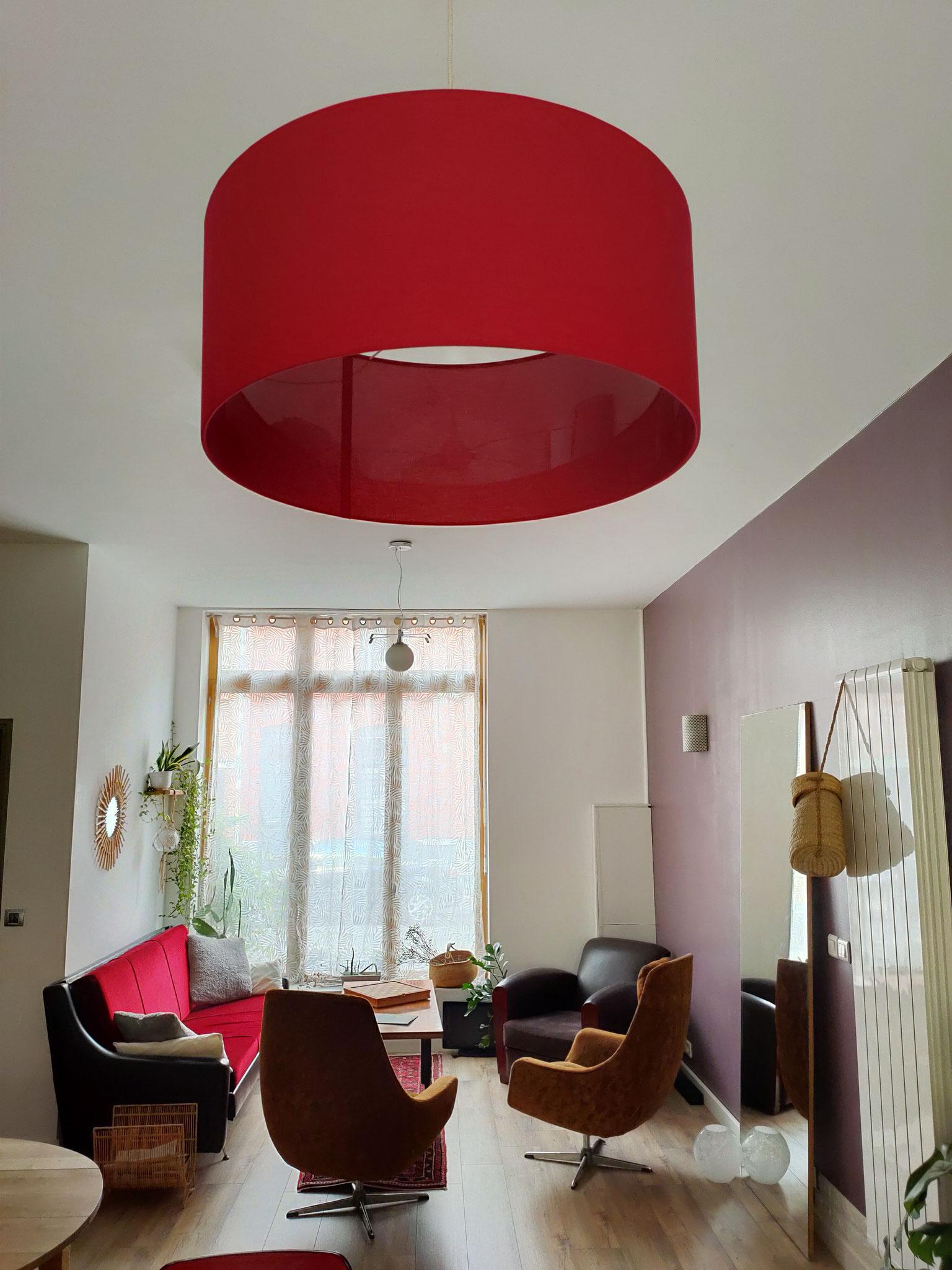 Abat-jour XXL uni rouge dans un salon
