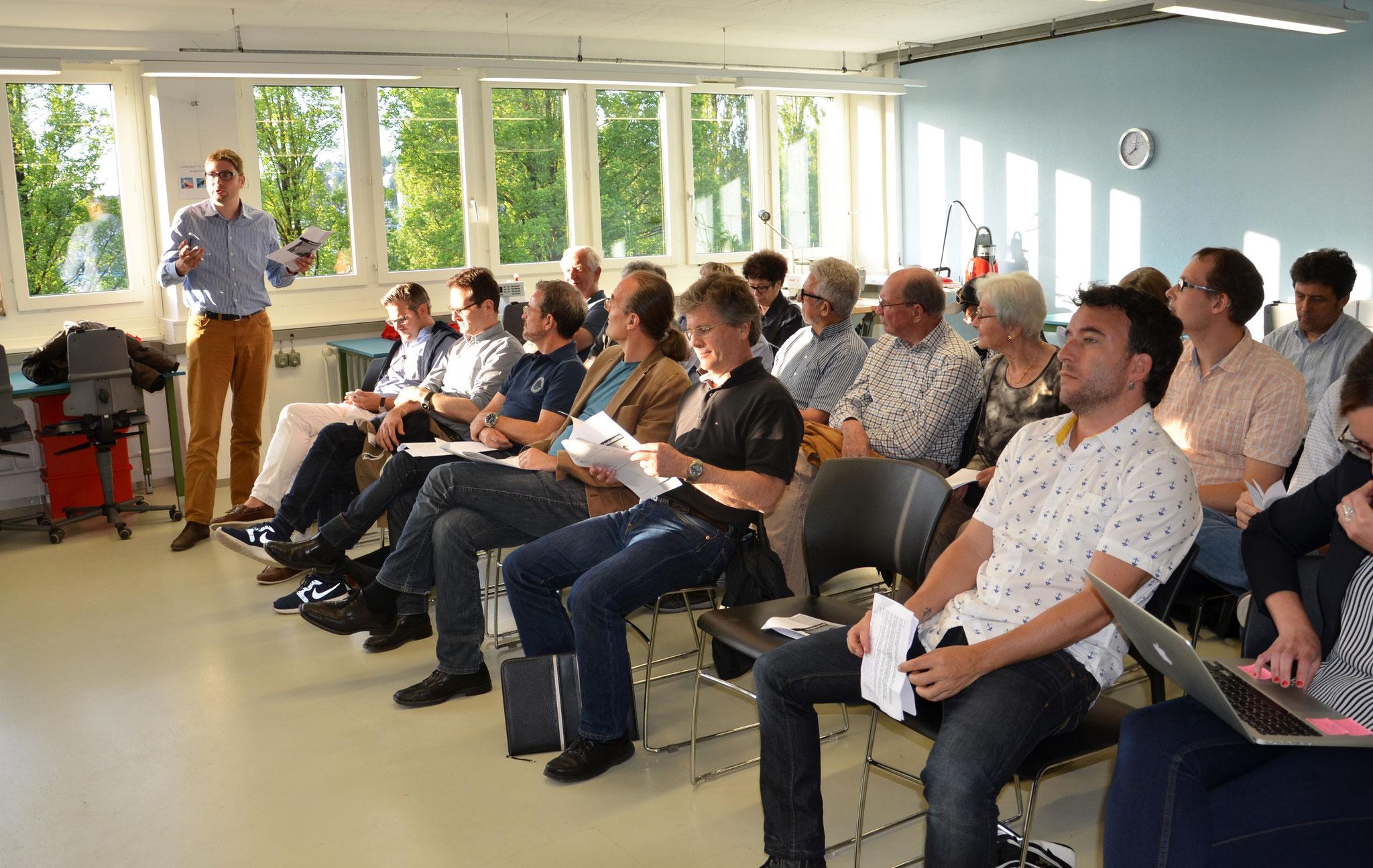 Die Mitglieder folgen den Erläuterungen von Sven Gallinelli.