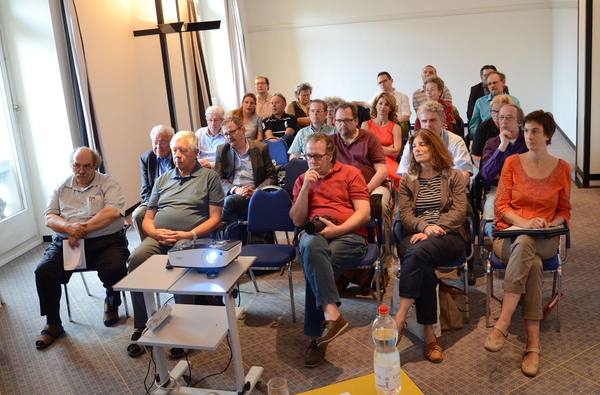 Die Mitgliedes des ZVM hören interessiert zu.