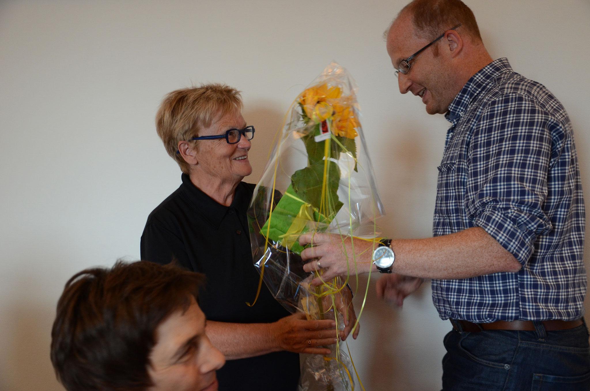 Dominik Buholzer verabschiedet Revisorin Monika van der Giessen.