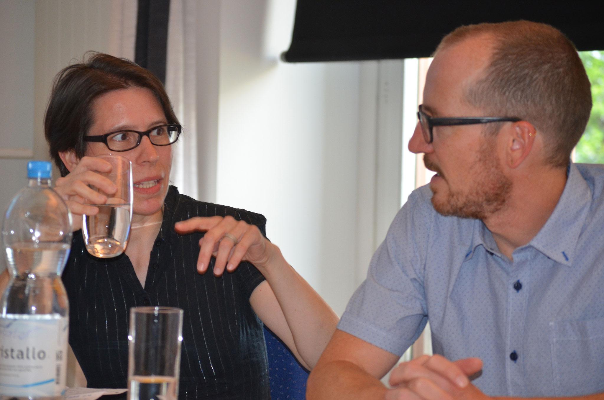 Karin Winistörfer und Urs Schlatter sprechen sich ab.