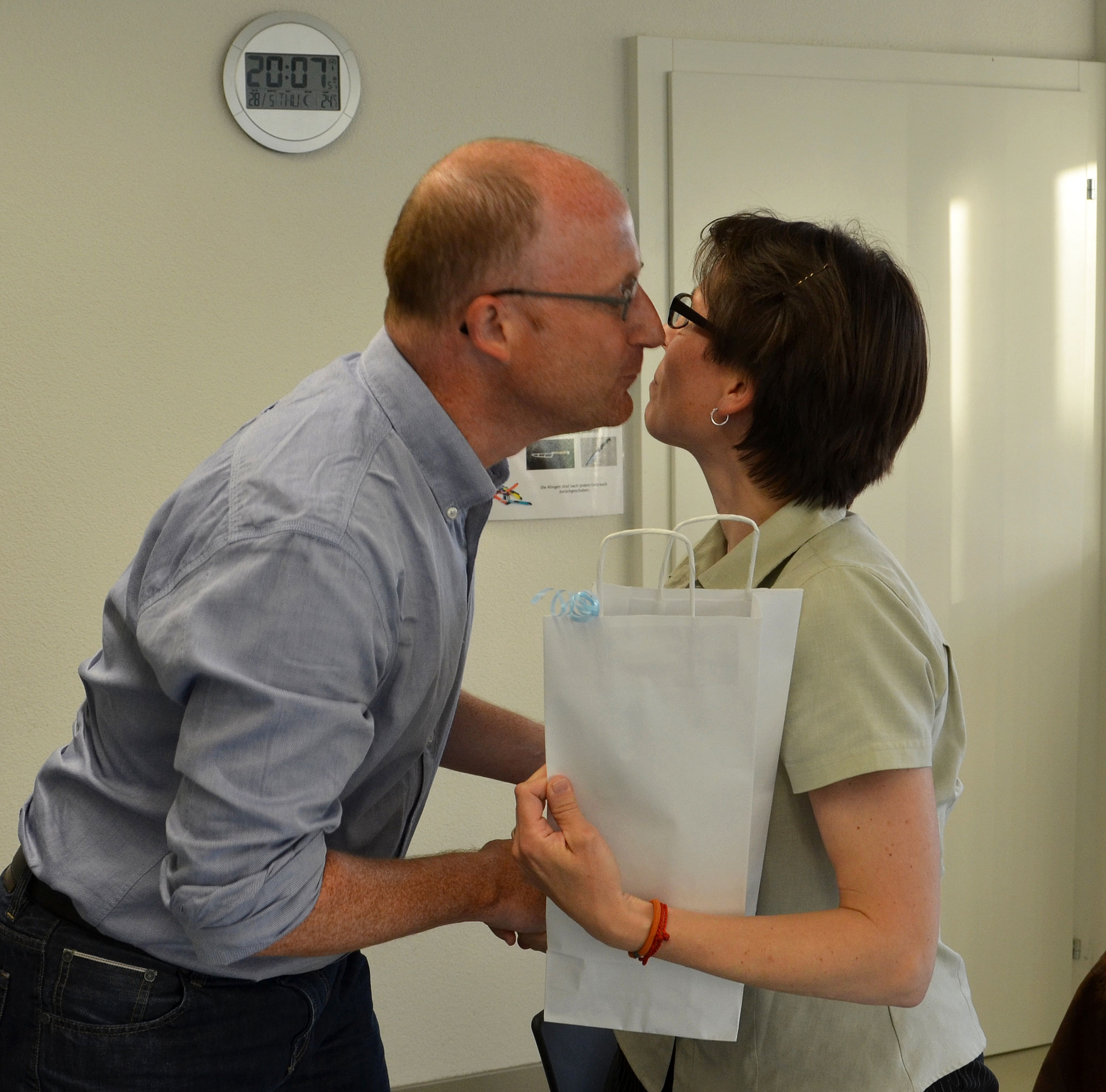 Dominik Buholzer dankt Karin Winistörfer für ihre Vorstandsarbeit.