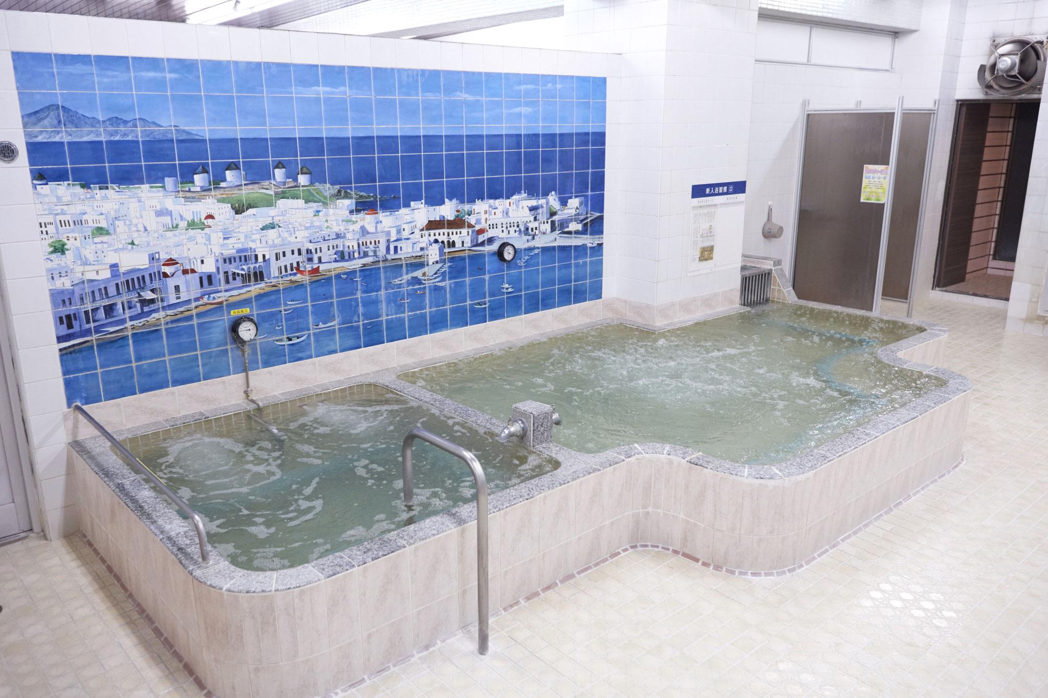 リゾート風のタイル画が かわいい広々とした浴場