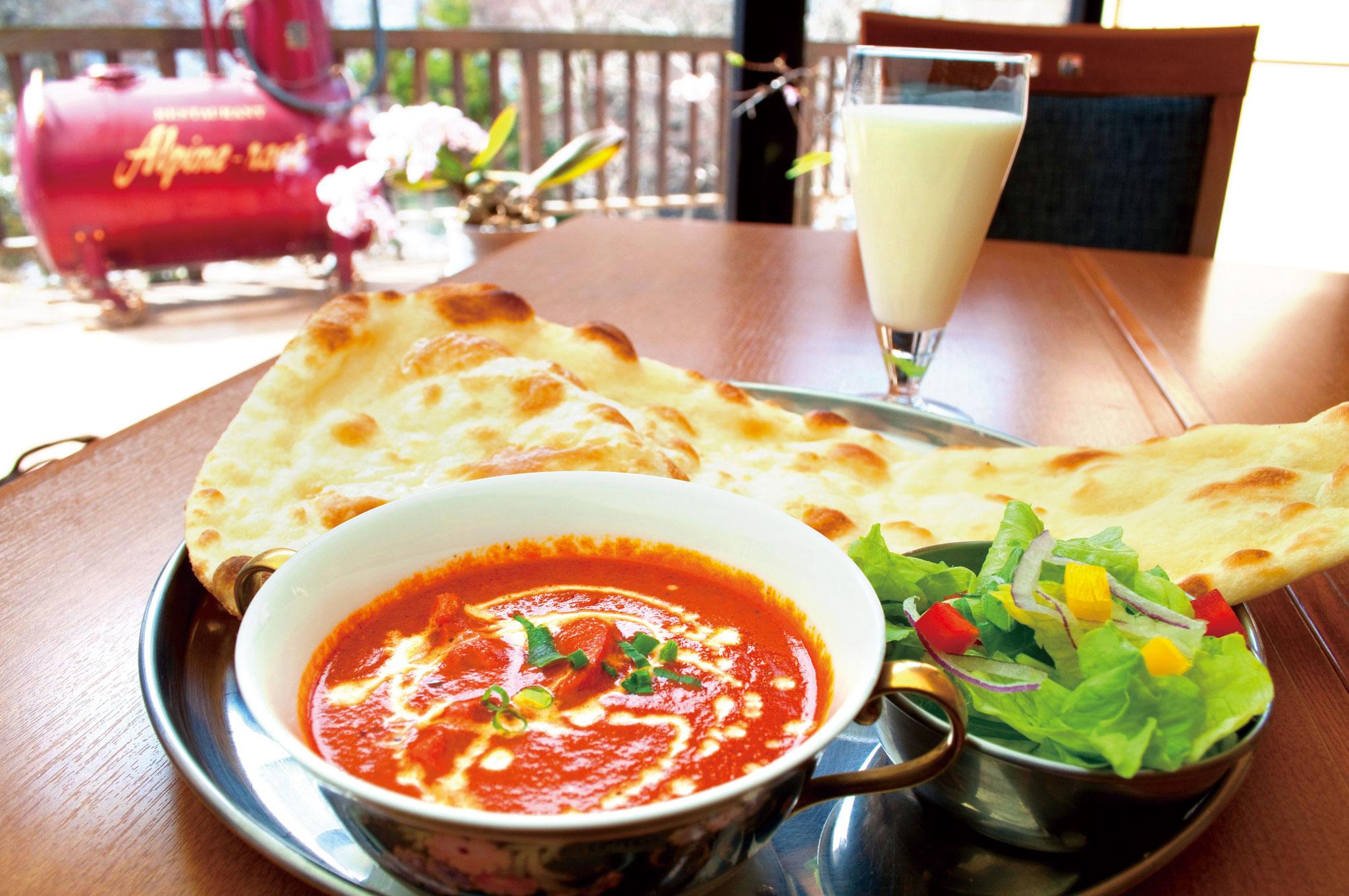 レストラン「スラージ」開放感あるレストランにて本格インド料理