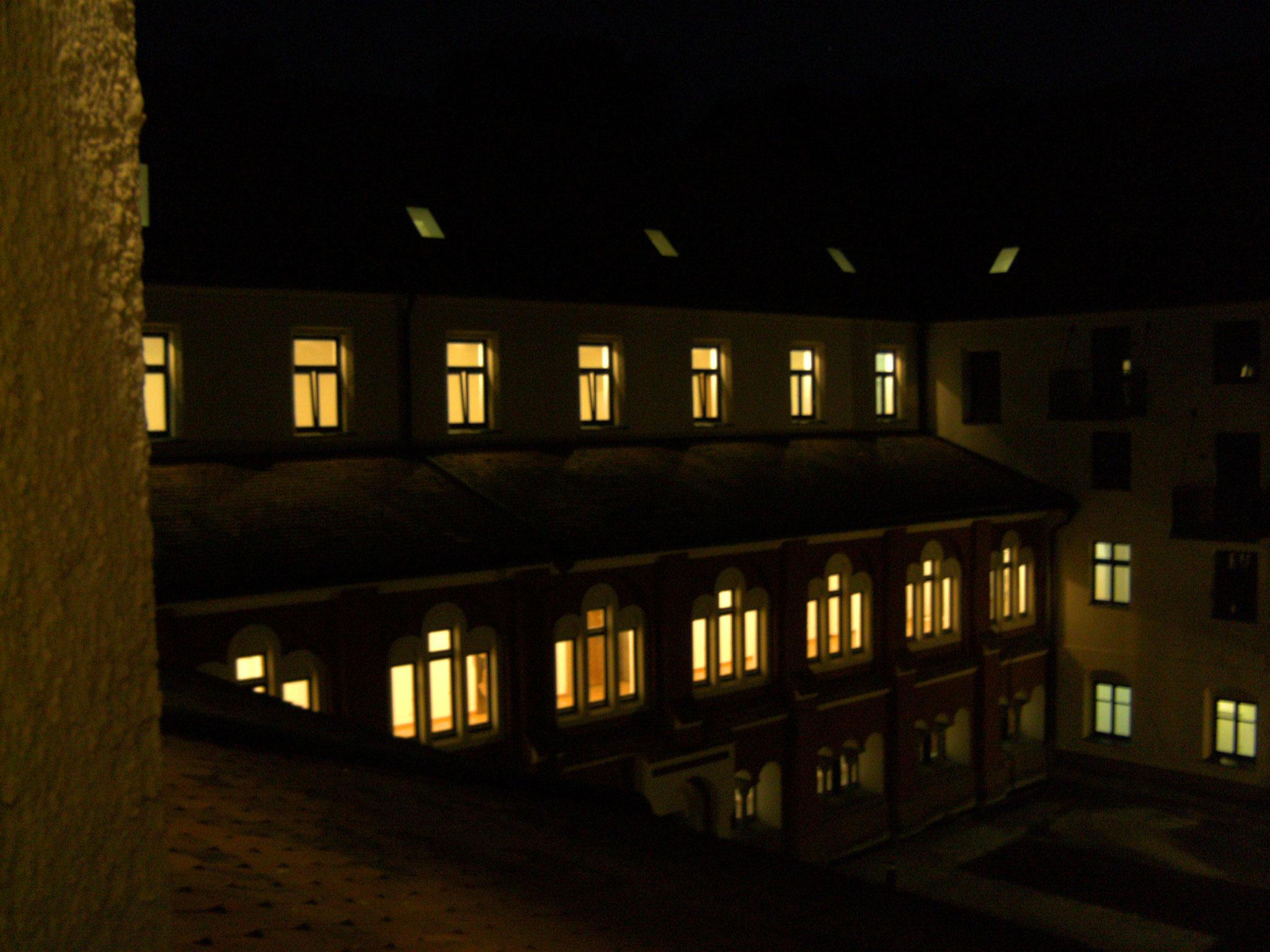 Nacht-Impression Innenhof-Fassade