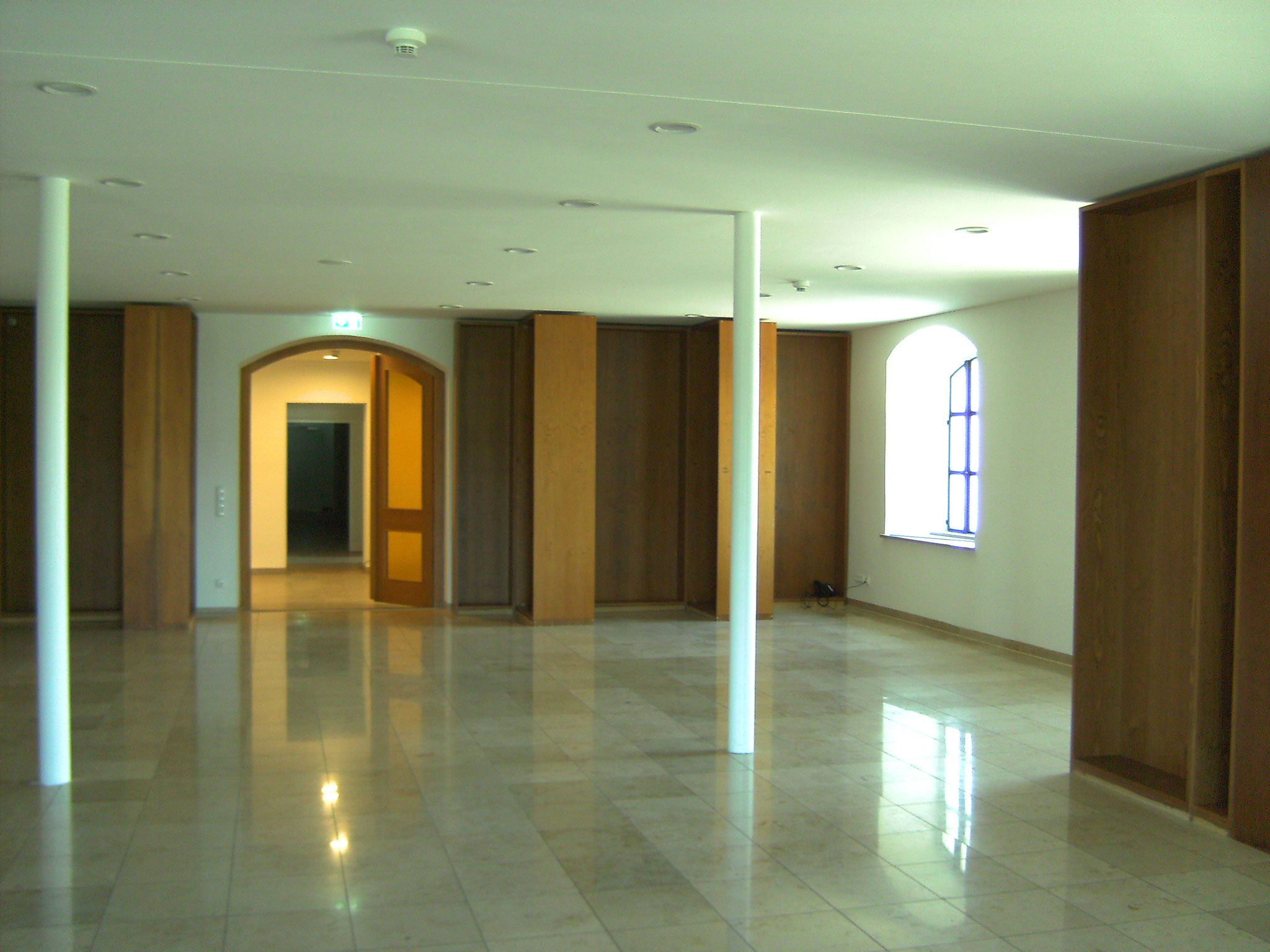 im neuen Gäste-Aufenthaltsraum können die Bibliotheks-Regale wiederverwendet werden