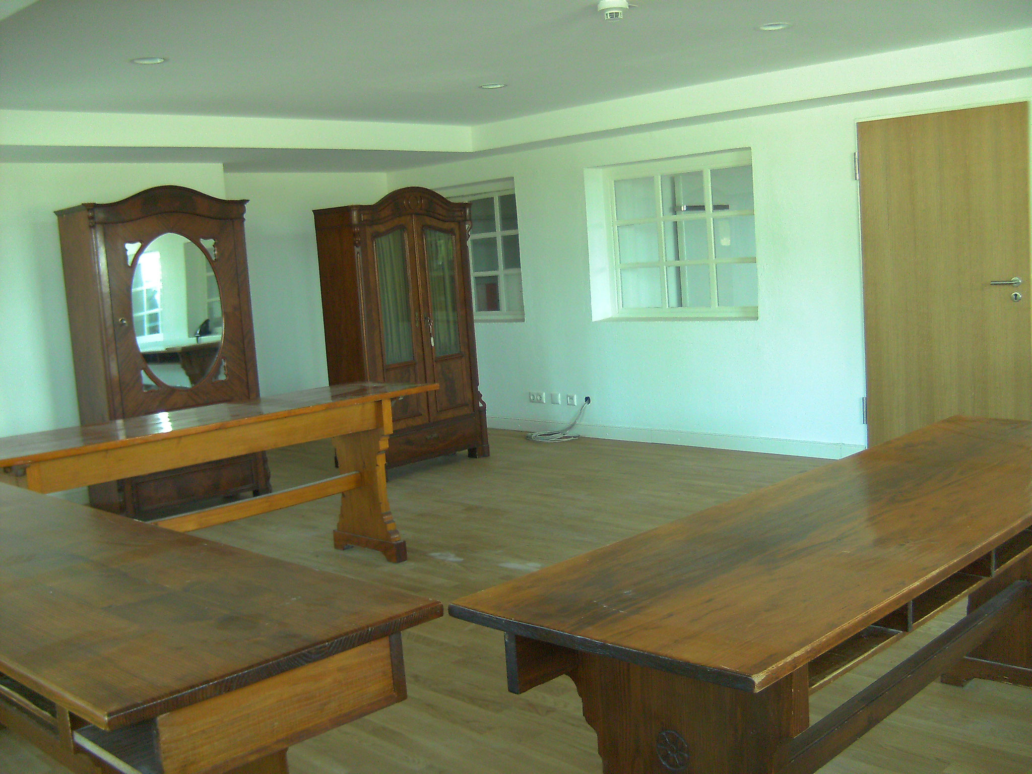 im neuen Refektorium finden die alten Tische Platz