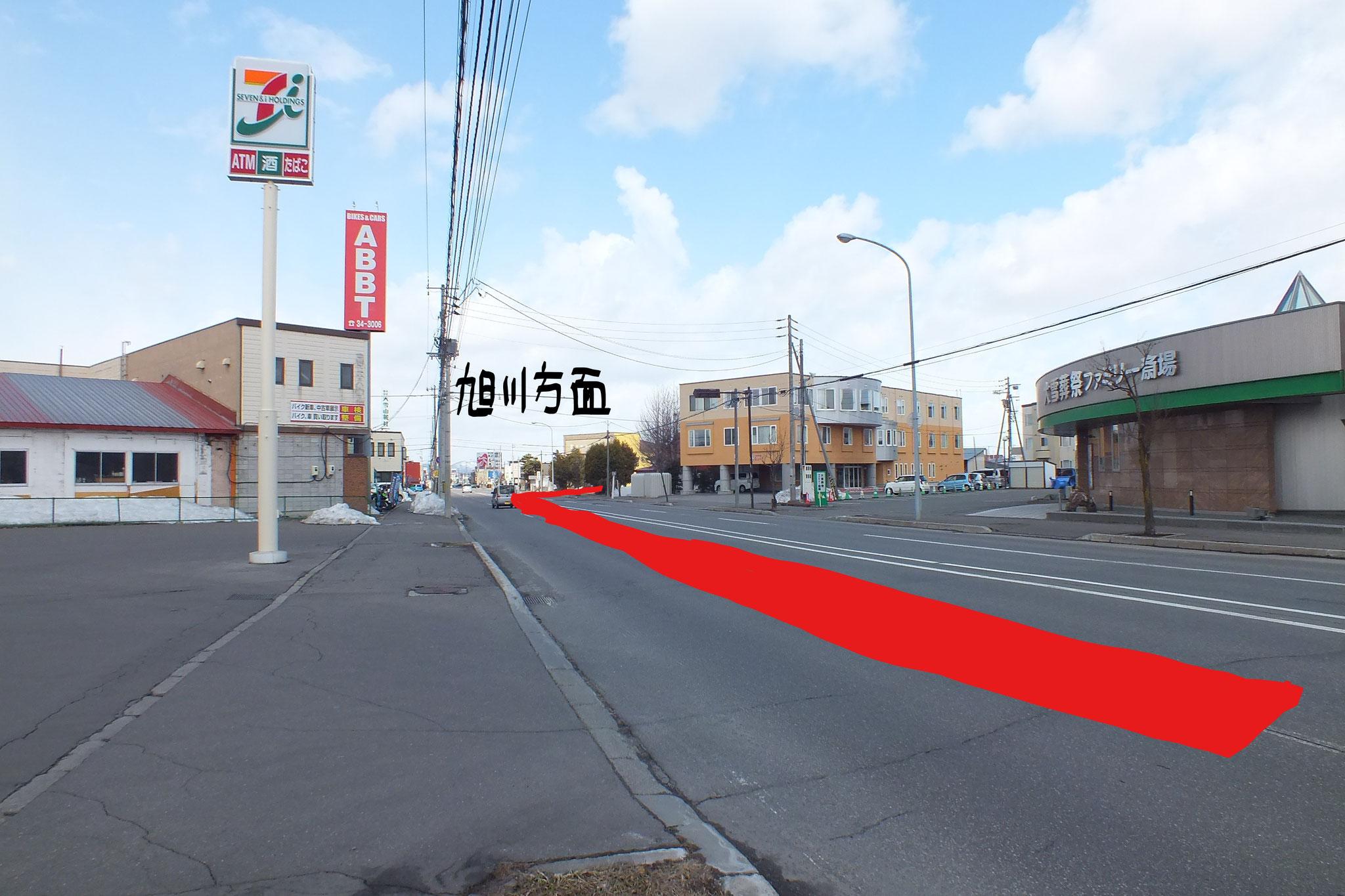 東川町方面からは 左側にセブンイレブンさま 右手には 3階建ての老人ホーム