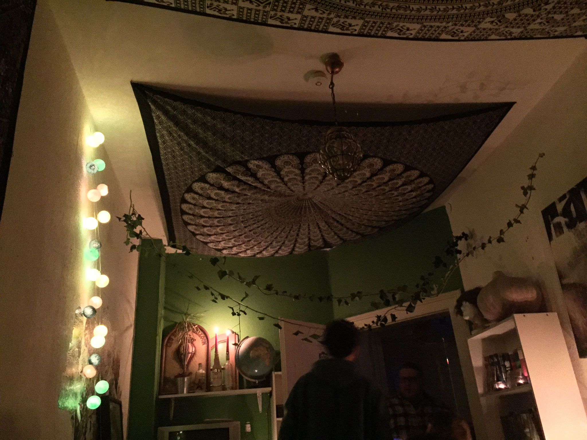Wandtuch an Zimmerdecke als Party Dekoration