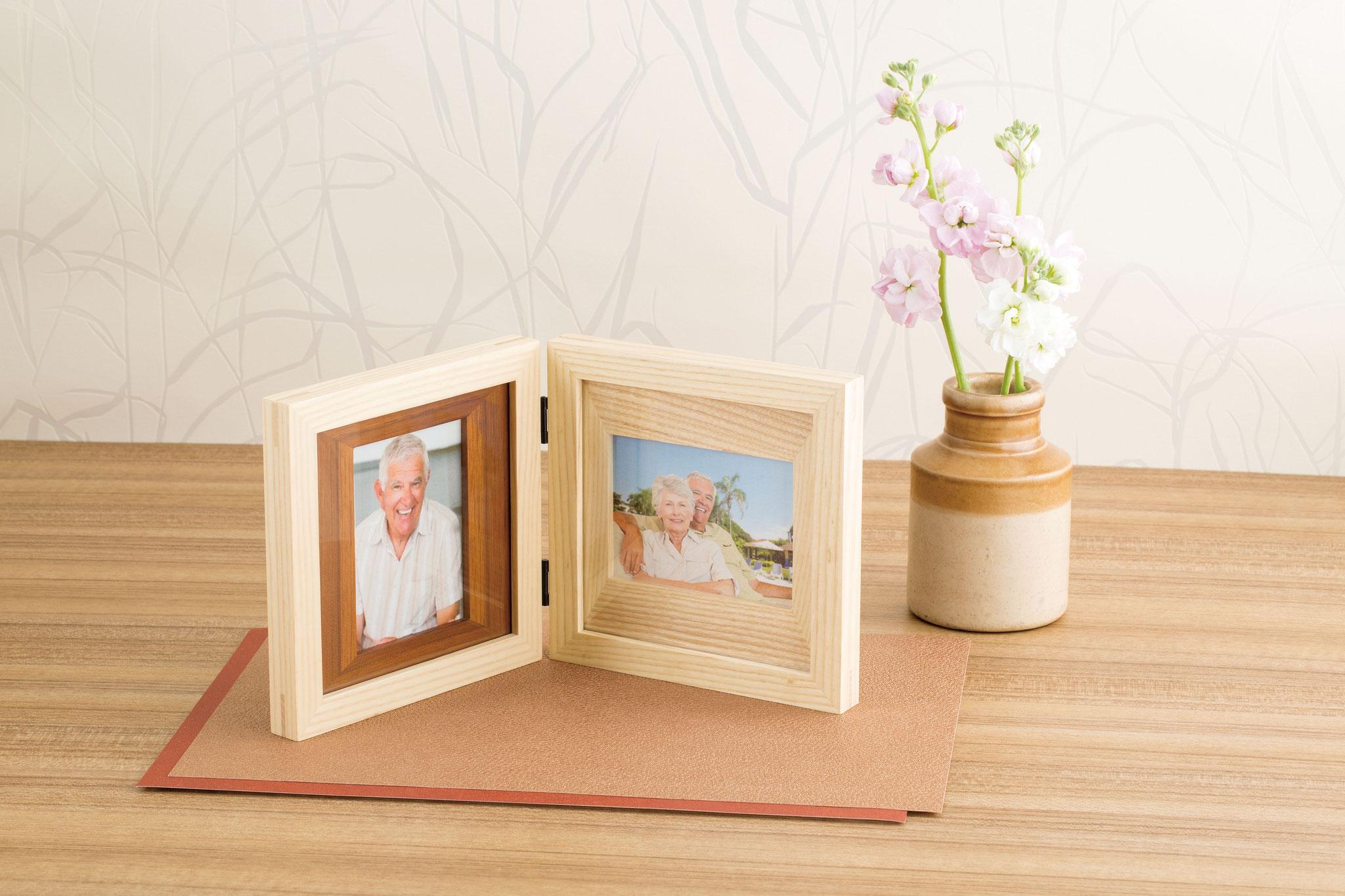 【メモリアル フォトスタンド ウッド Wフレーム】2枚の写真を飾ったり想いを込めたメッセージも入れられるダブルフレームタイプ