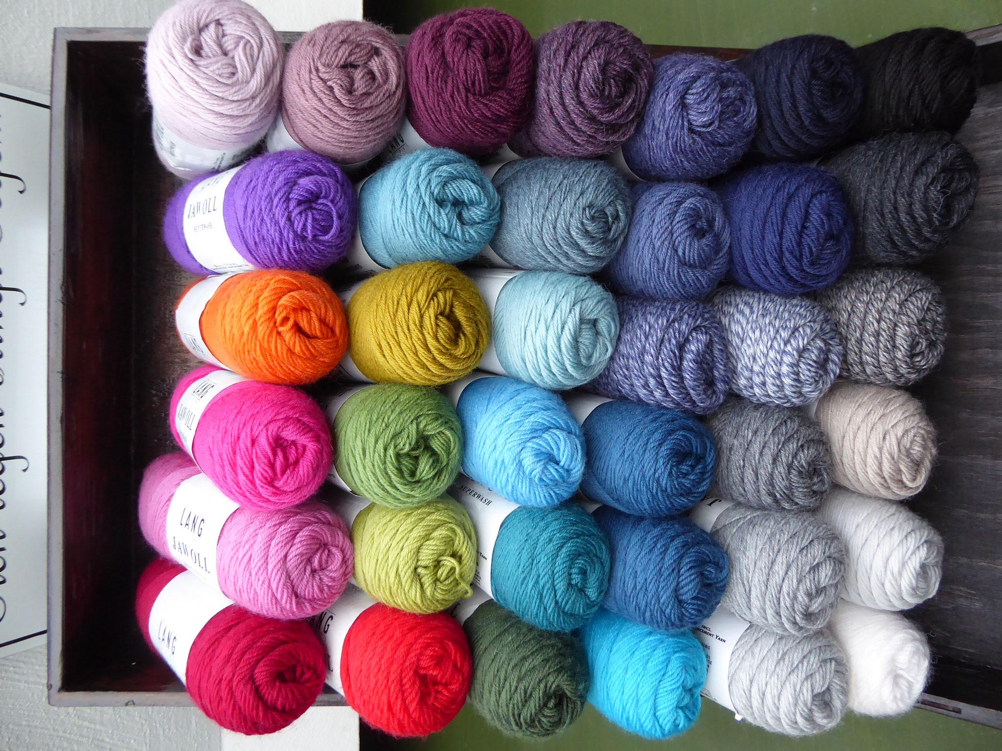 Sockenwolle von LANG in 40 Farben 75% Schurwolle, 25% Polyester Lauflänge 210m/50gr.  4,25 Euro/50gr. Schöne Sockenwolle in wunderbaren Farben, sehr gut zu verwenden für Pullover, Schal Mütze! Gut kombinierbar mit Karen Noe! Waschmaschinenfest