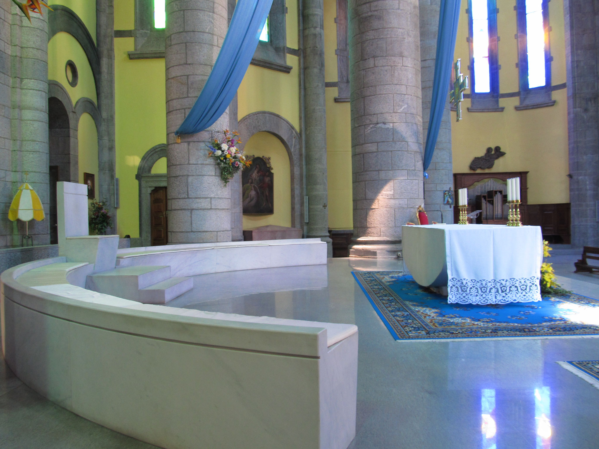 Lichtspiele im Innenraum der Basilika durch moderne Glasmalerei