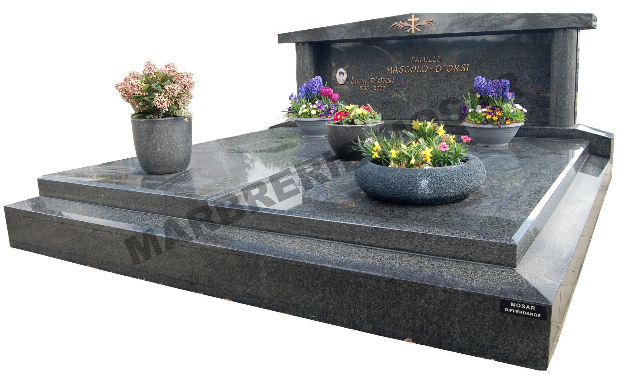 Monument funéraire en granit noir d'Afrique avec stèle à fronton. Inscriptions en bronze et photo en porcelaine