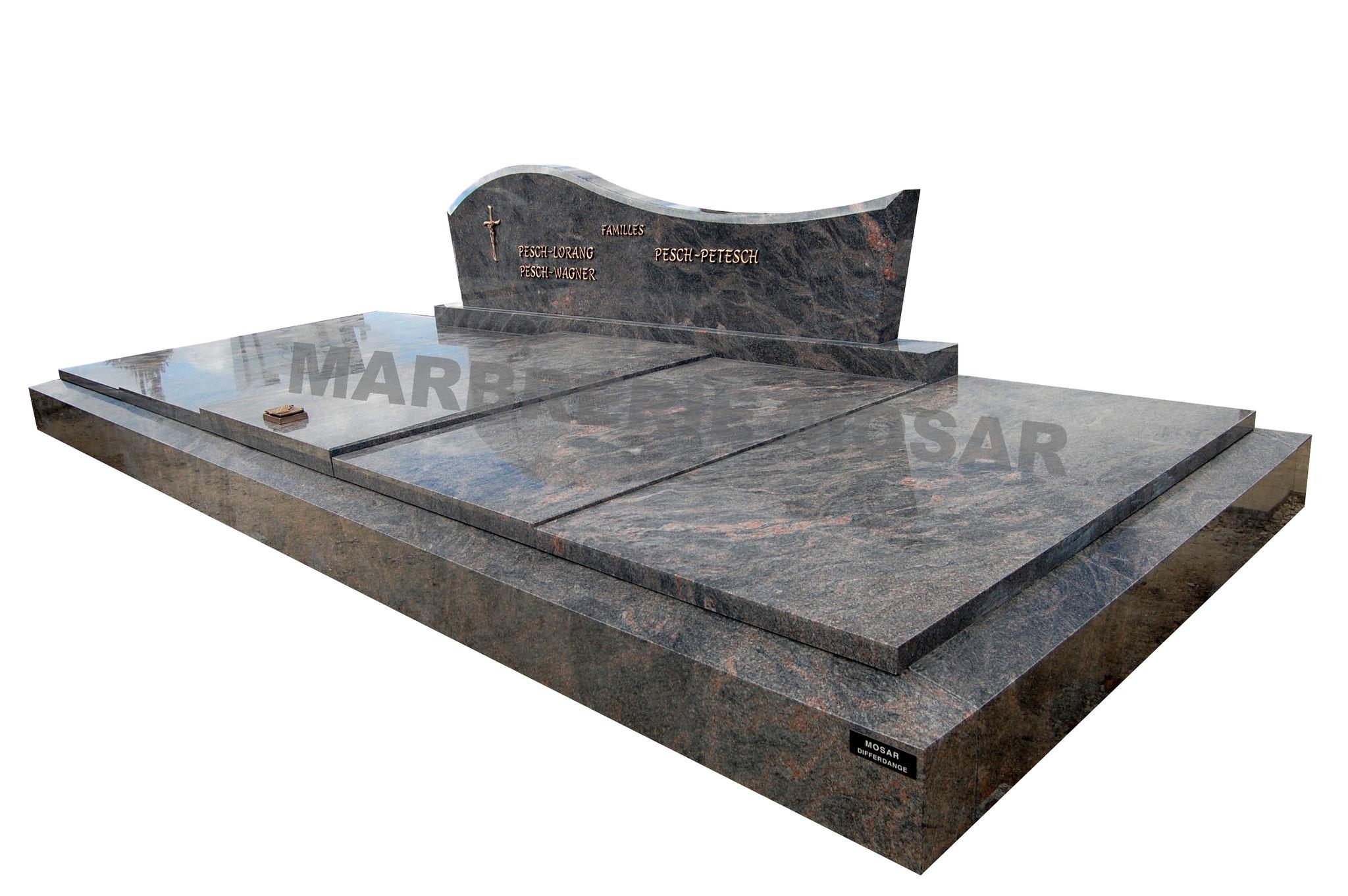 """Grand monument de 5x2m en granit """"Himalayan Blue"""". Inscriptions, croix et bénitier en bronze"""