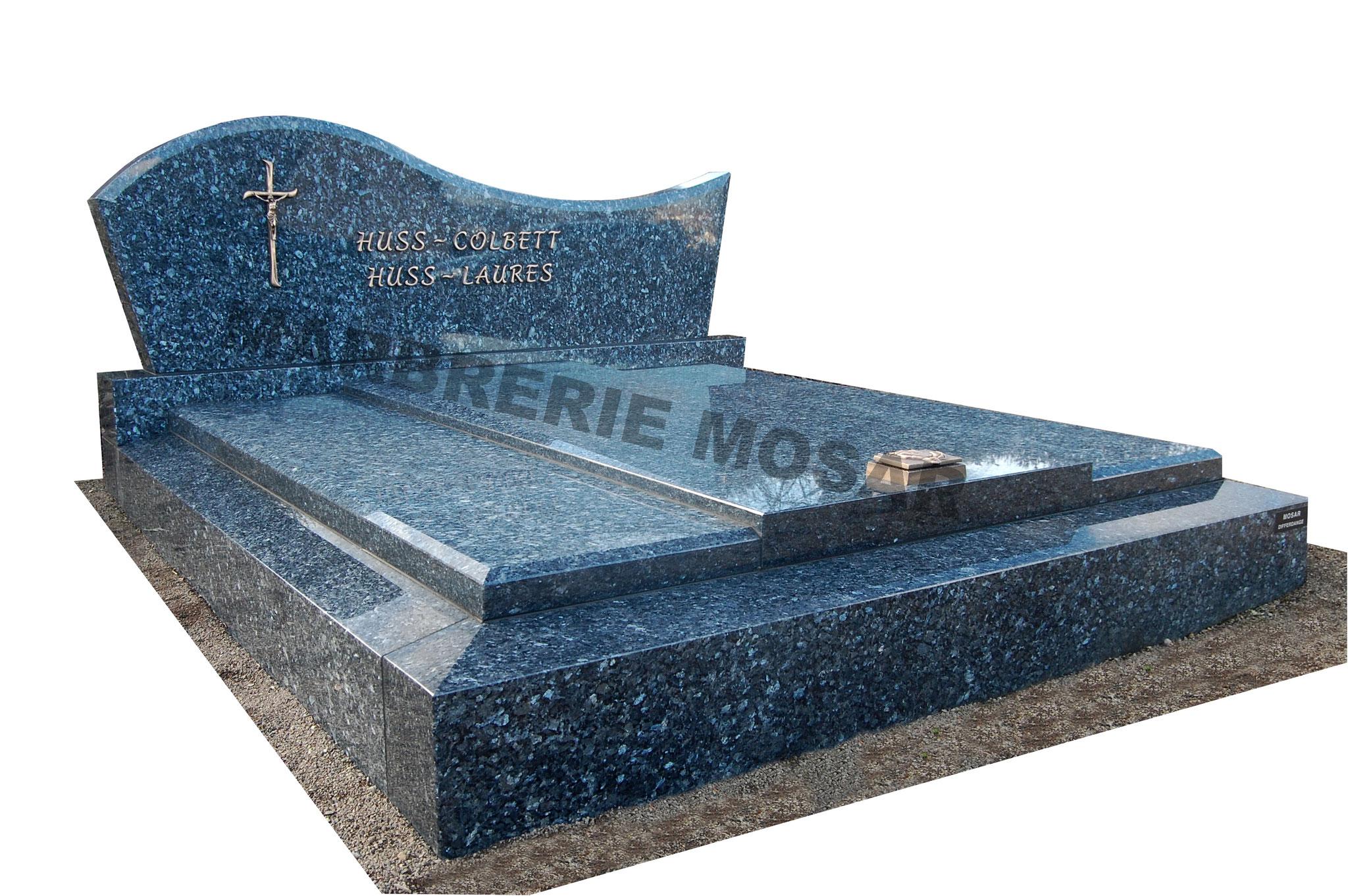 """Monument en granit """"Labrador bleu"""" haute qualité avec stèle en doucine accentuée. Inscriptions, croix et bénitier en bronze"""