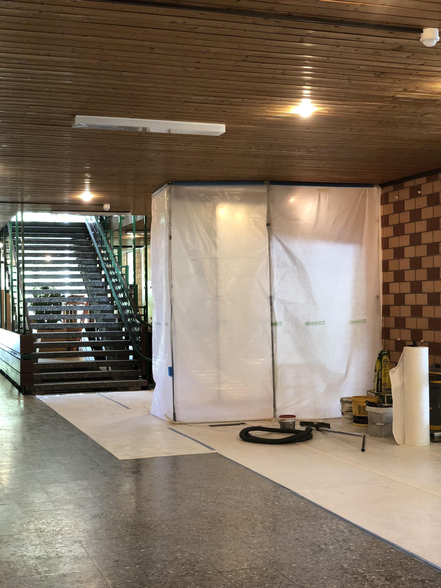 hinter dem Vorhang wird die neue Tür in das neue Schulleiterbüro eingebaut werden. Blick vom Gang