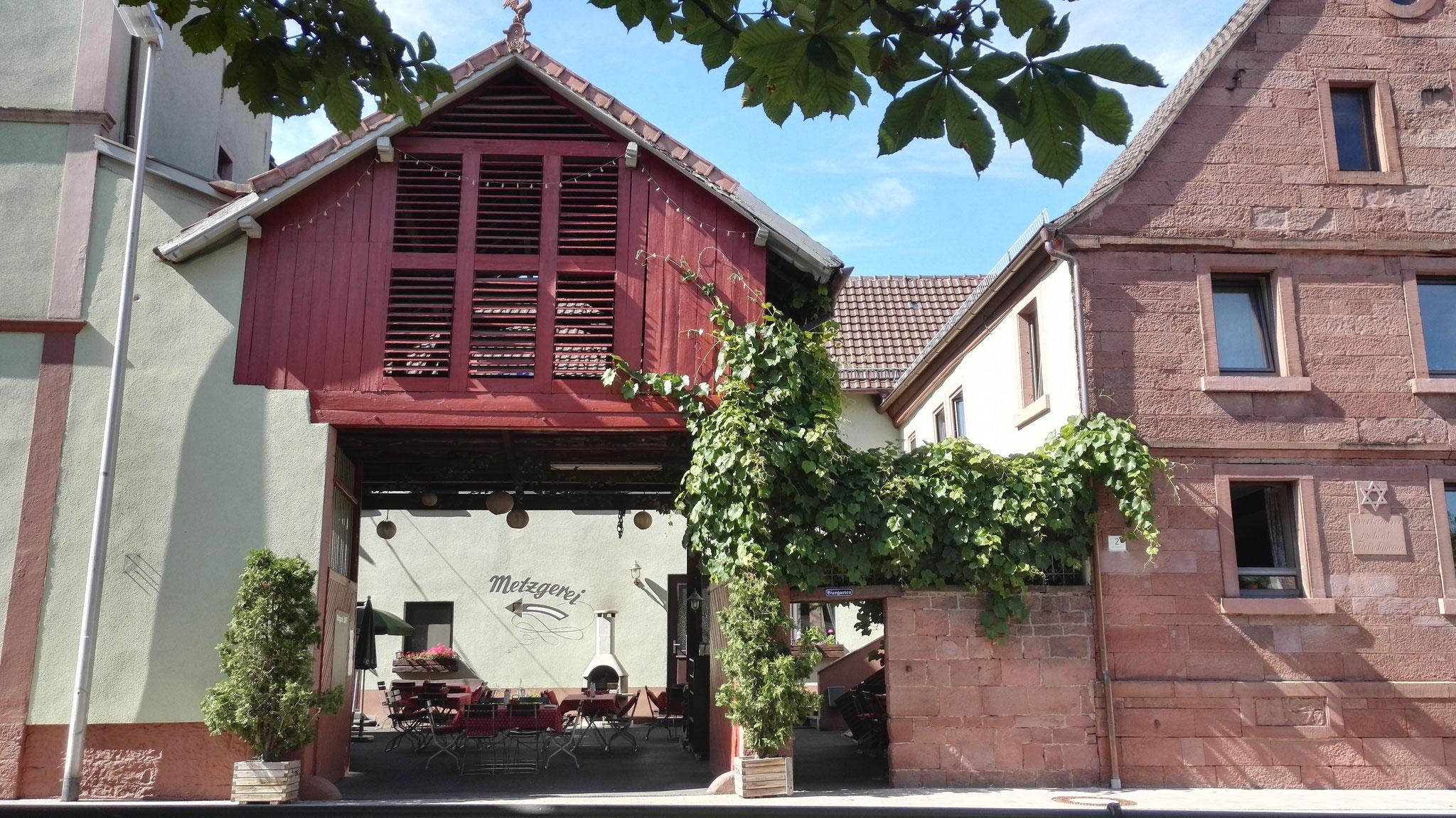 Das Kühlschiff der alten Brauerei thront über dem Biergarten und bietet an heißen Tagen ein kühles Plätzchen zum Entspannen