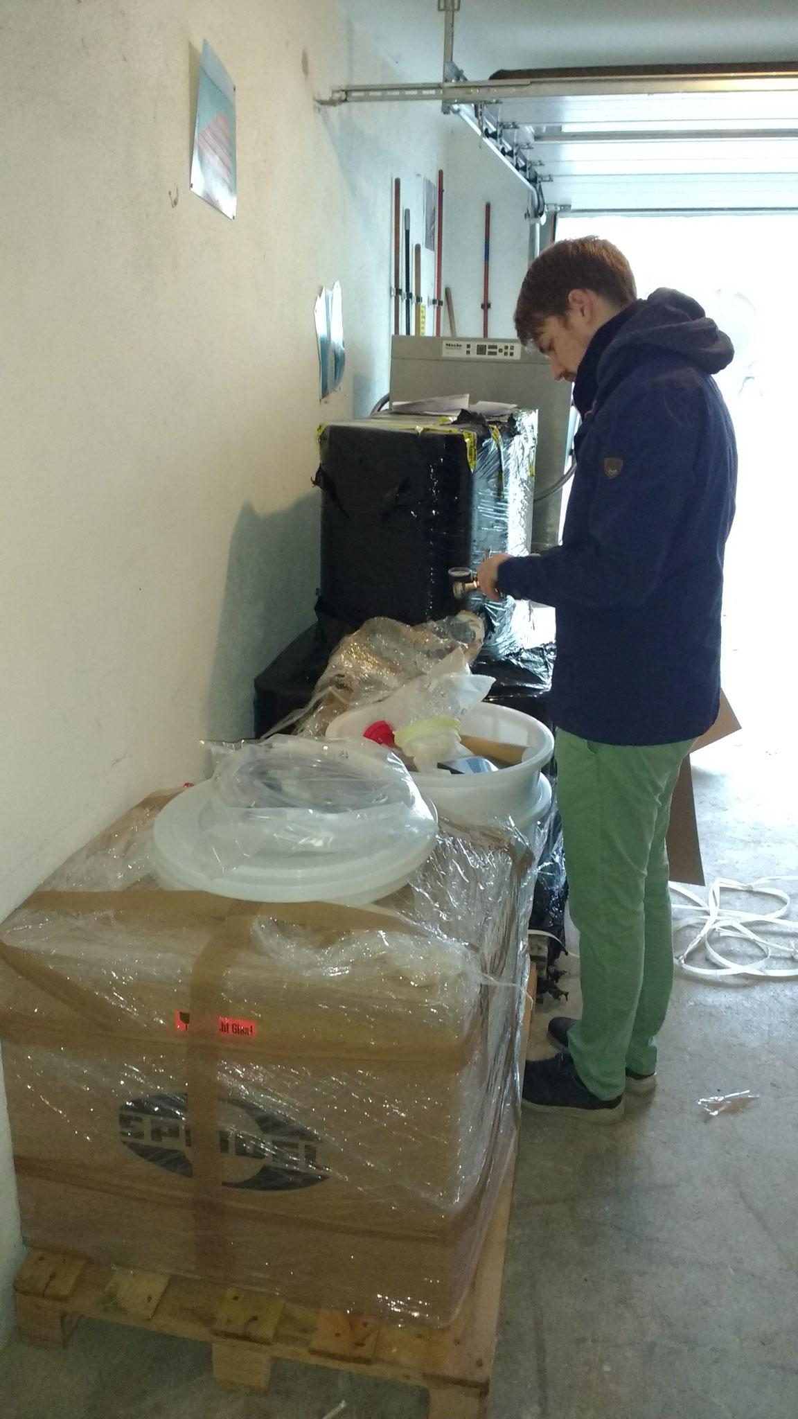 Inzwischen wird auch schon das erste Brauerei-Equipment angeliefert