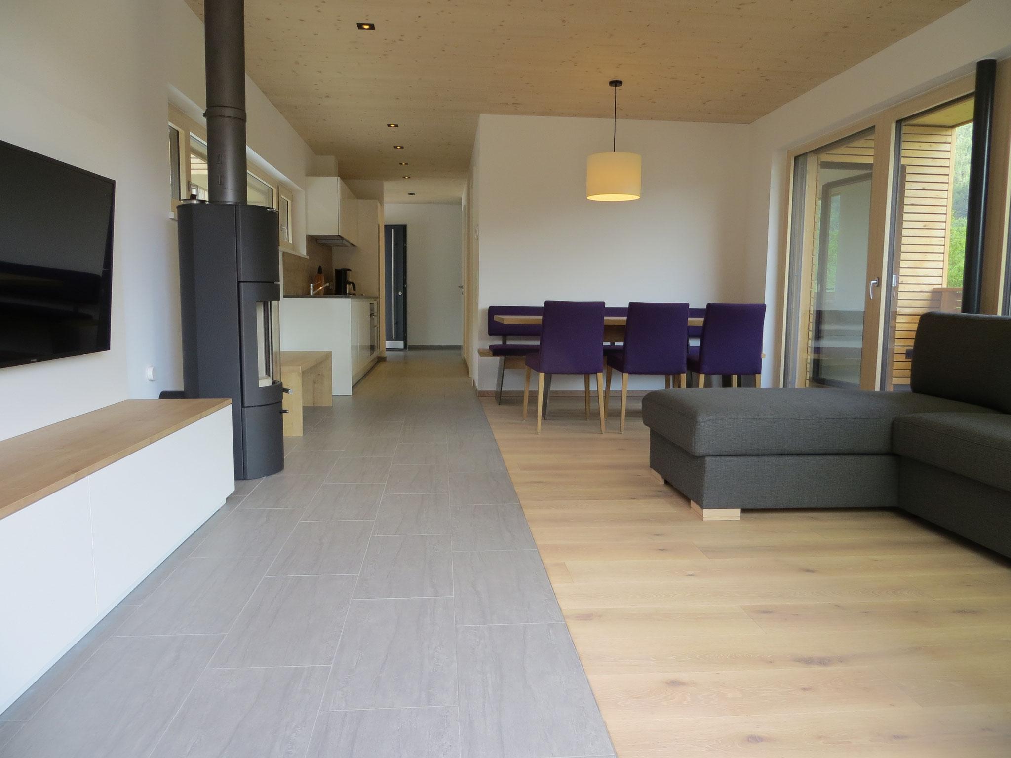 Blick von der Terrasse in den Wohn-/Essbereich mit moderner Einbauküche