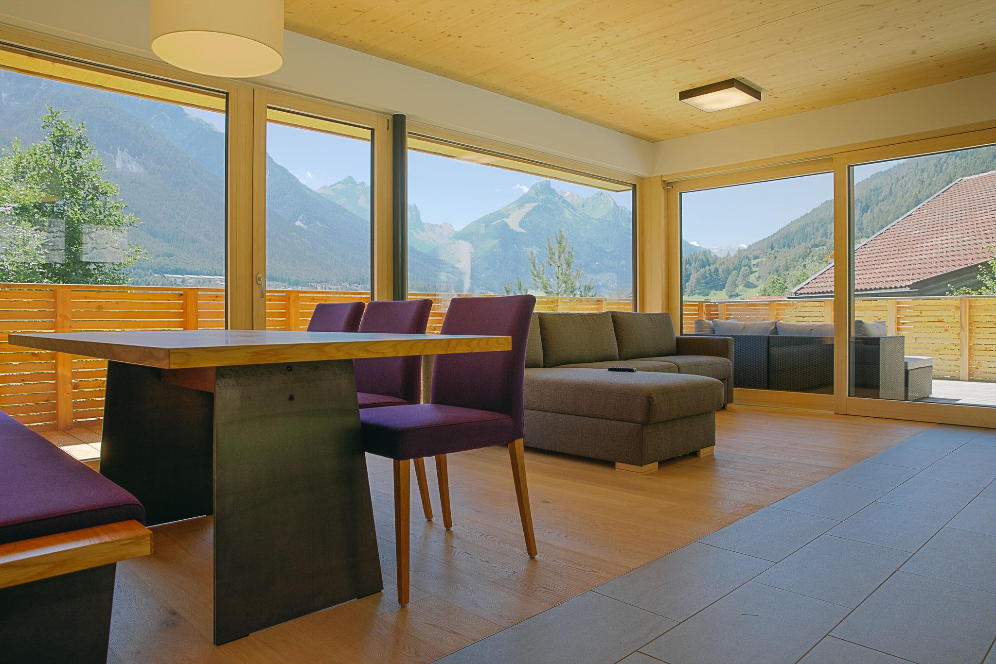 Wohn-/Essbereich mit ausziehbarer Couch für die 5. und 6. Person