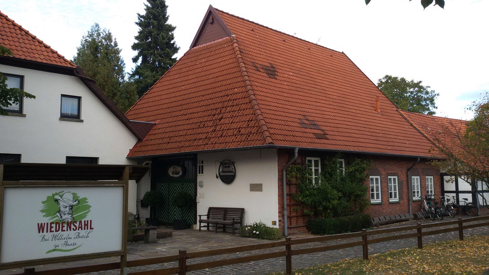 am Geburtshaus von Wilhelm Busch in Wiedensahl