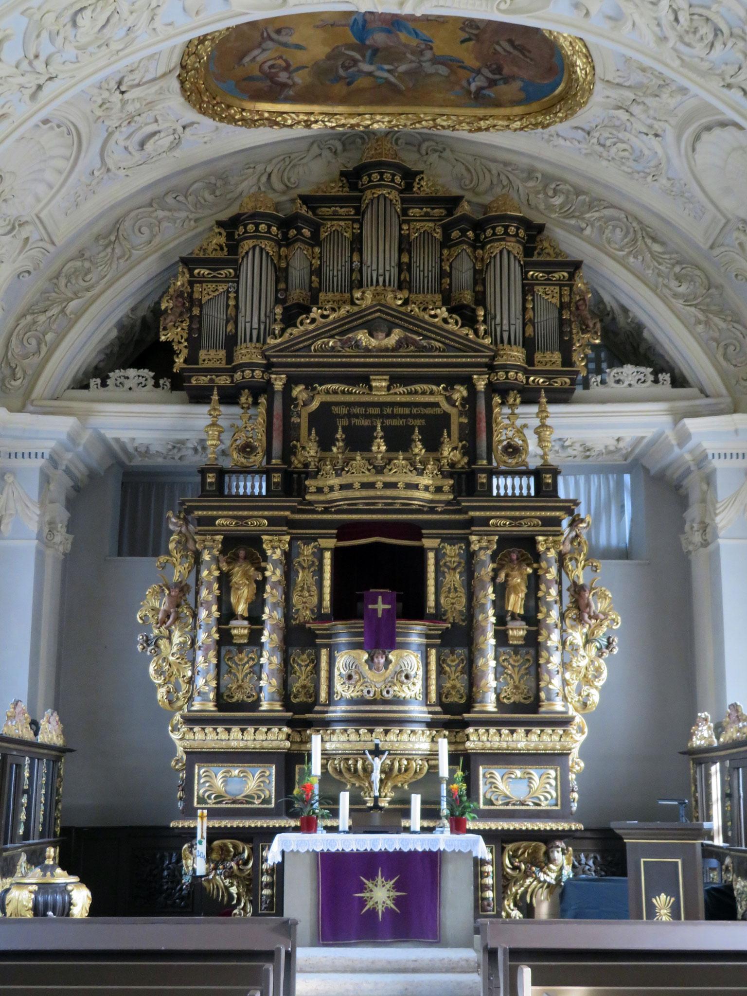 Kanzelaltar mit Orgel