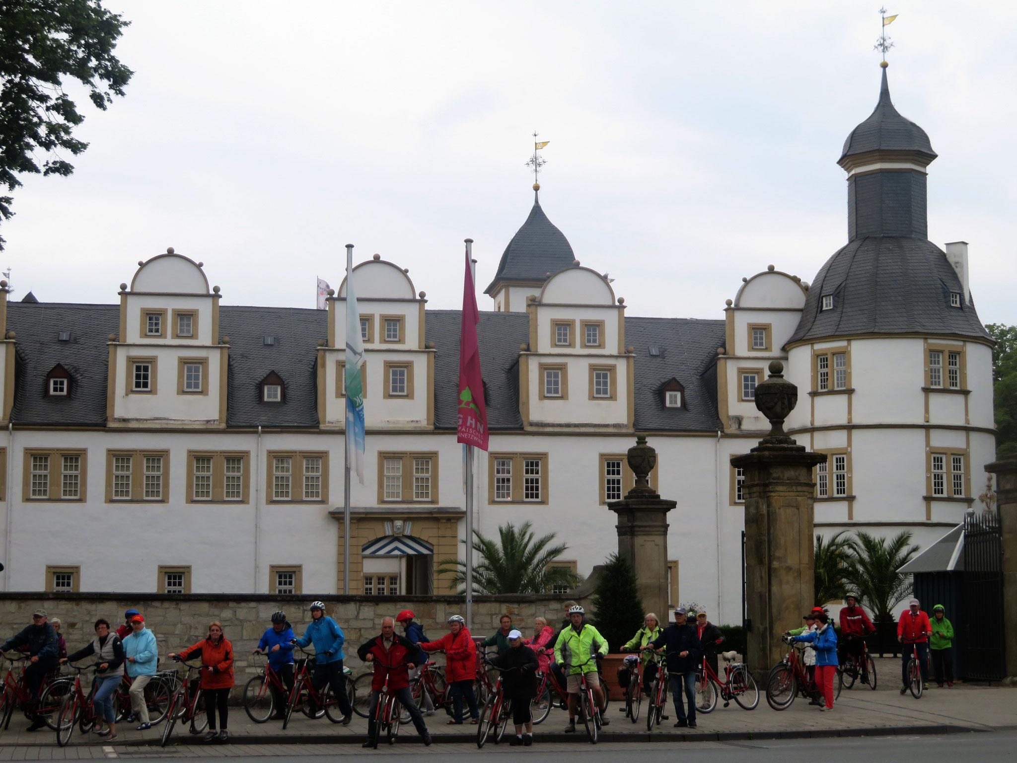 Radgruppe vor dem Schloss Neuhaus
