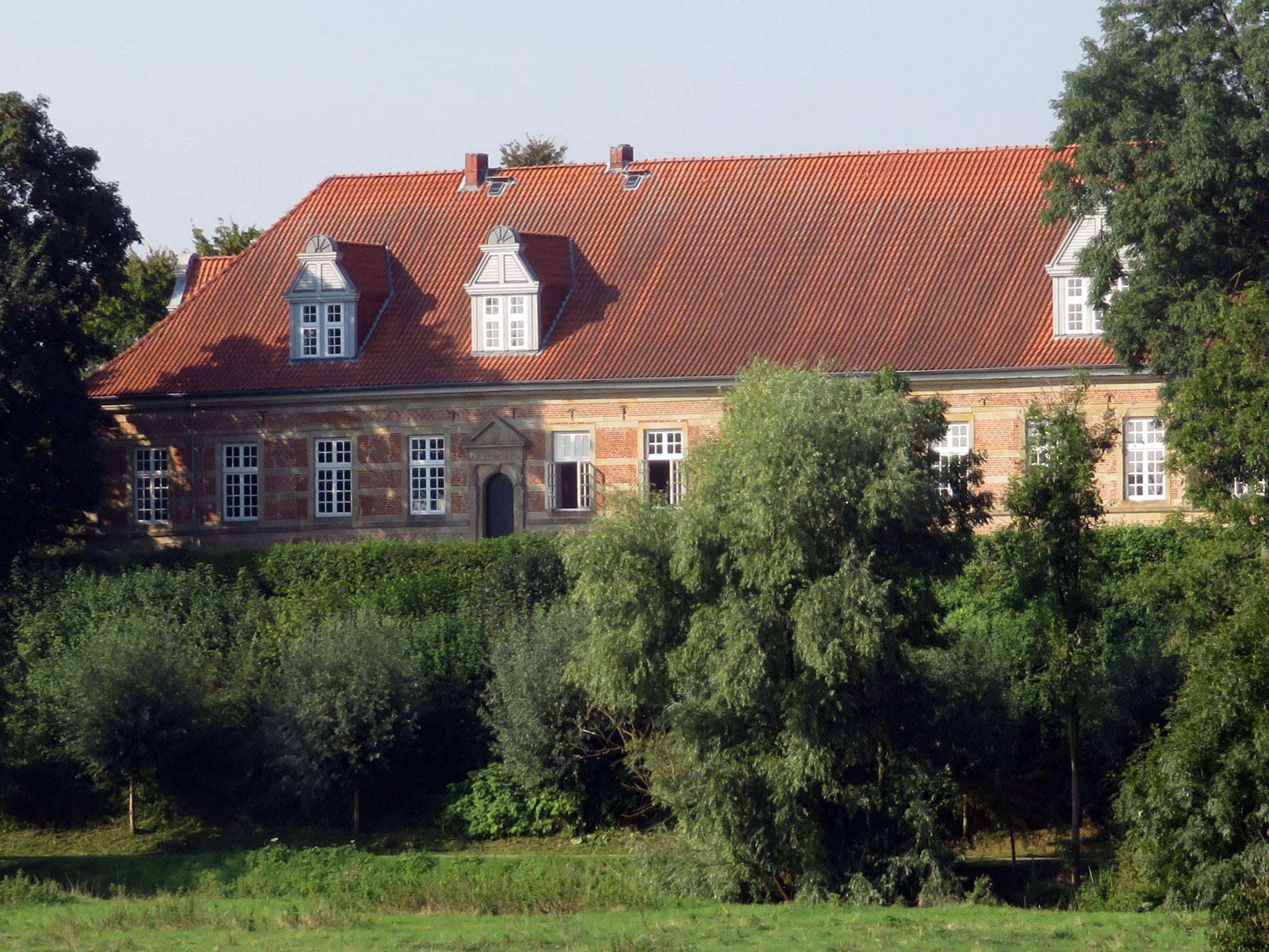 Schloss Landestrost über dem Fluss Kleine Leine