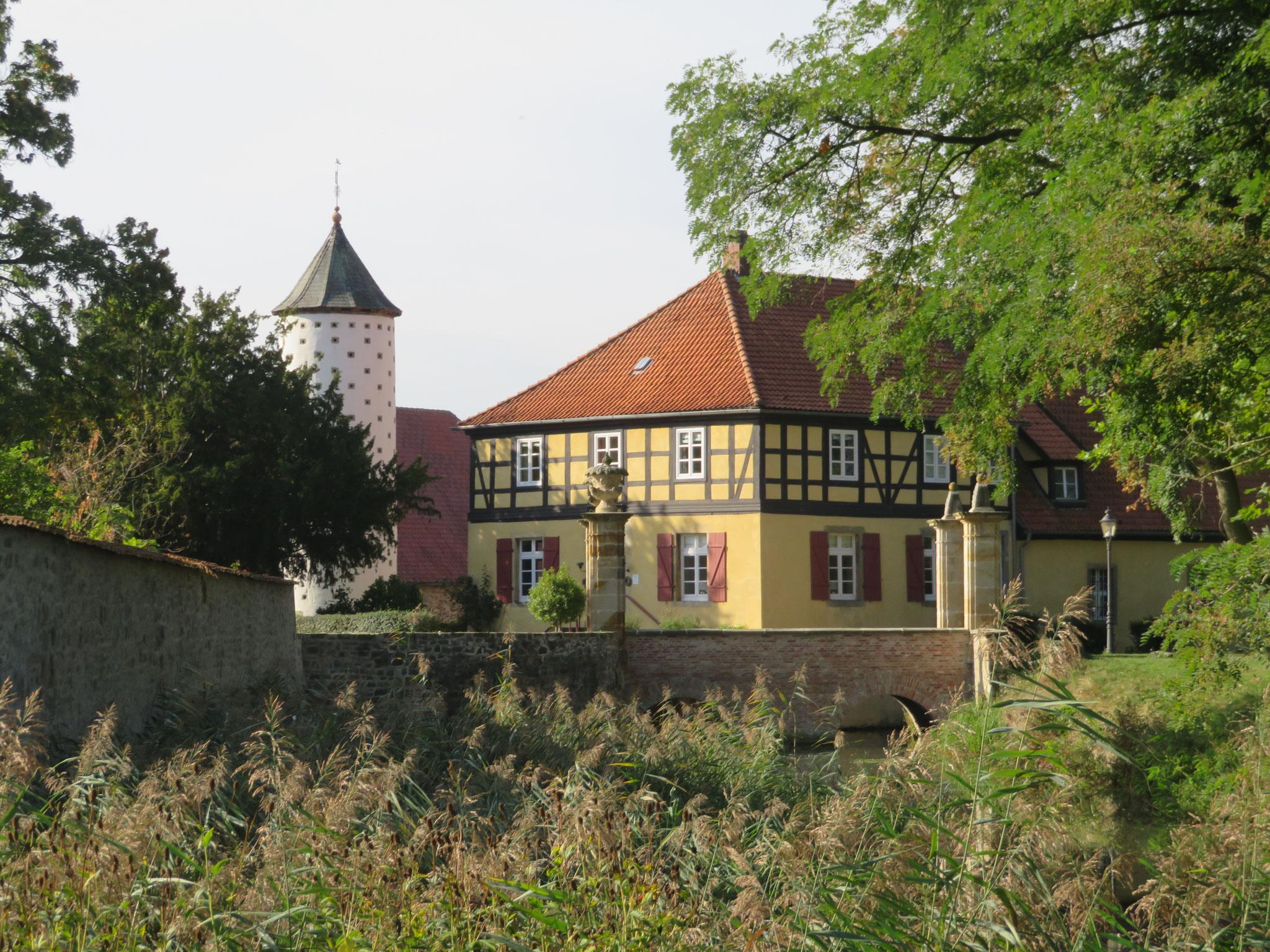 Schloss Hünnefeld - Taubenturm und alte Rentei