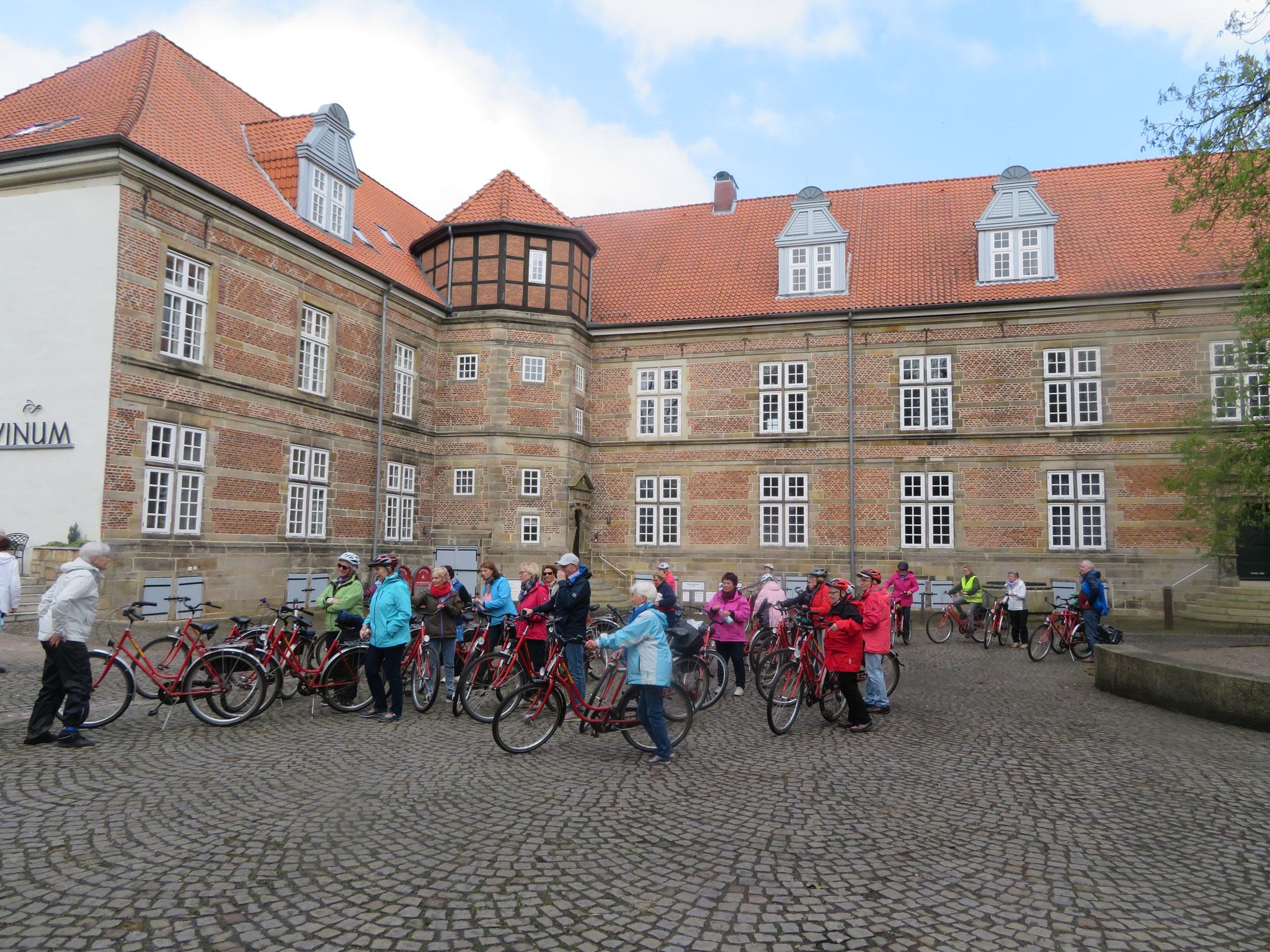 Radgruppe im Innenhof Schloss Landestrost