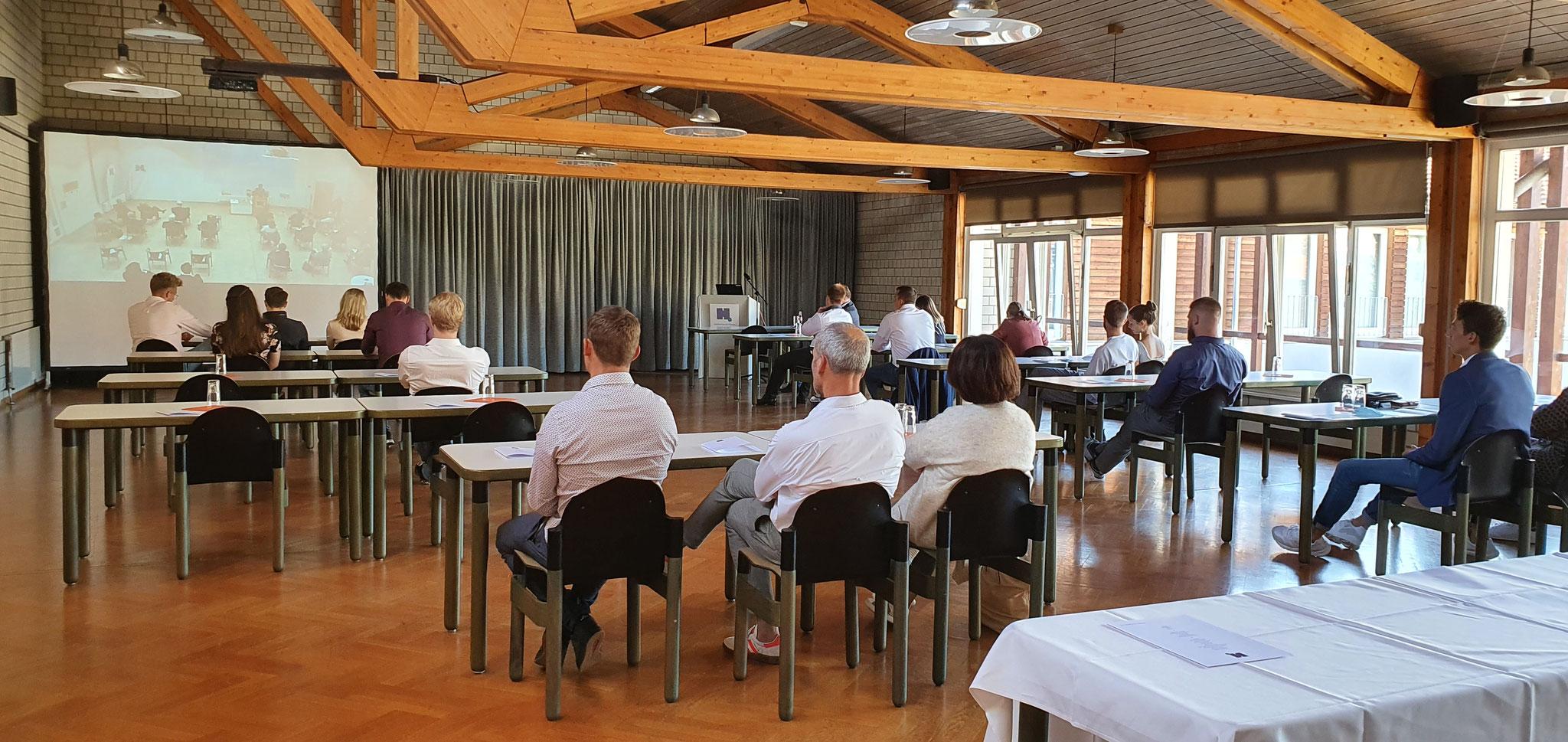 In der Aula der Holzfachschule schaute die Tischlermeister-Klasse zusammen mit ihren Angehörigen den Live-Stream der Meisterfreisprechung.