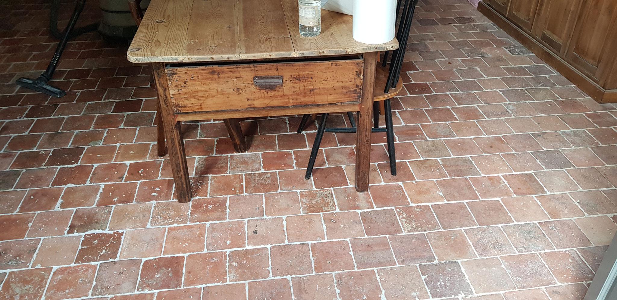 Pavés de terre cuite anciens posés en quinconce à joints serrés jointoyés à la chaux naturelle