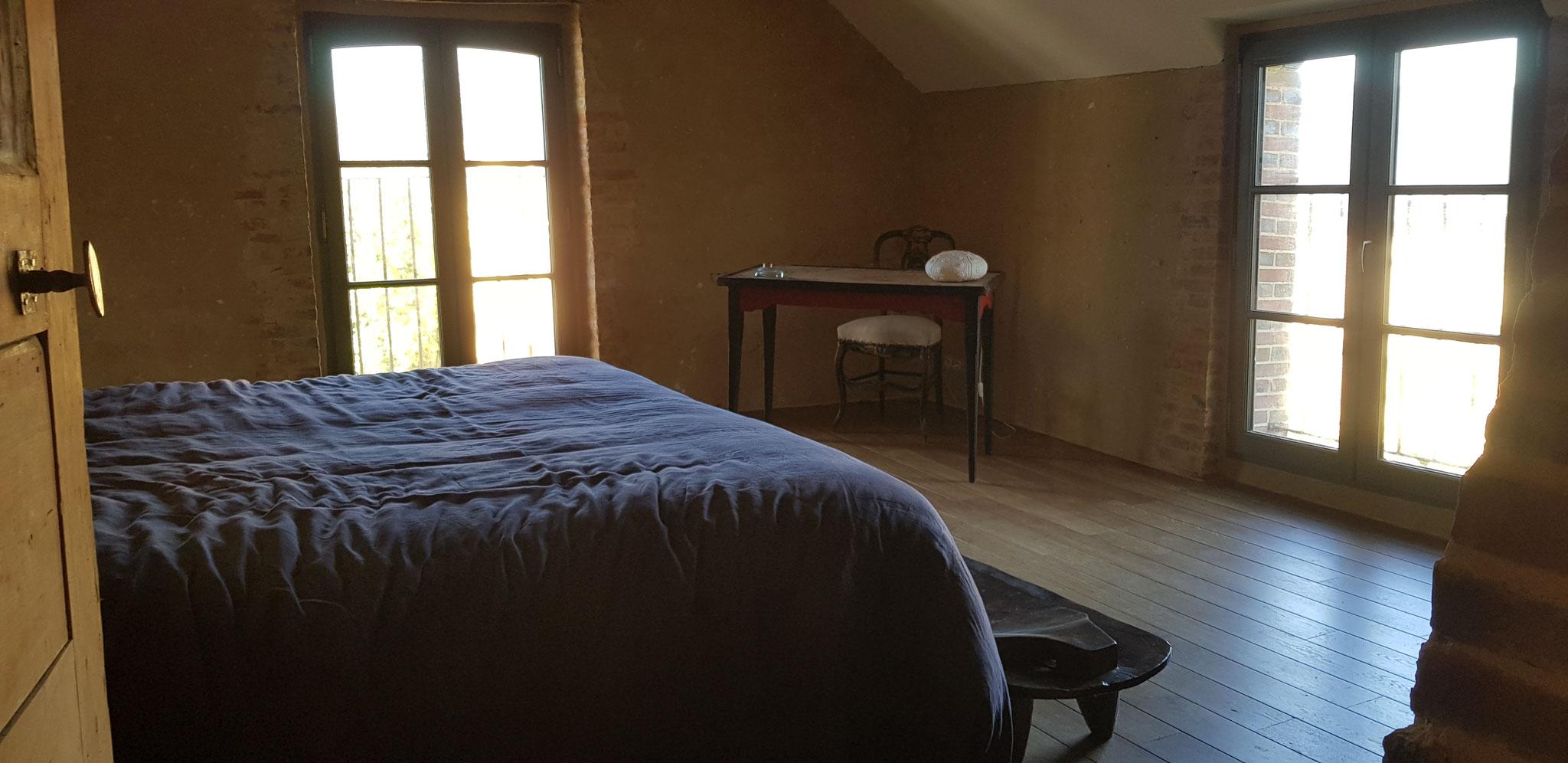 Chambre à l'étage, parquet chêne massif sur lambourdes, enduit de chaux aérienne et sable ocré