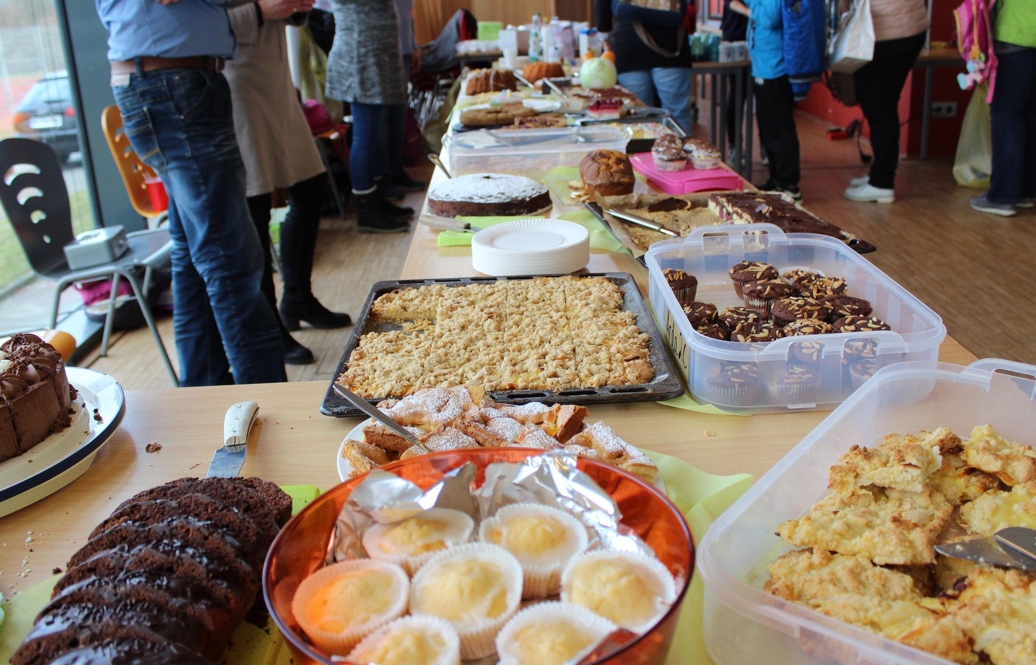 Das Büffet erweist sich dank zahlreicher Kuchenspenden als gut gefüllt
