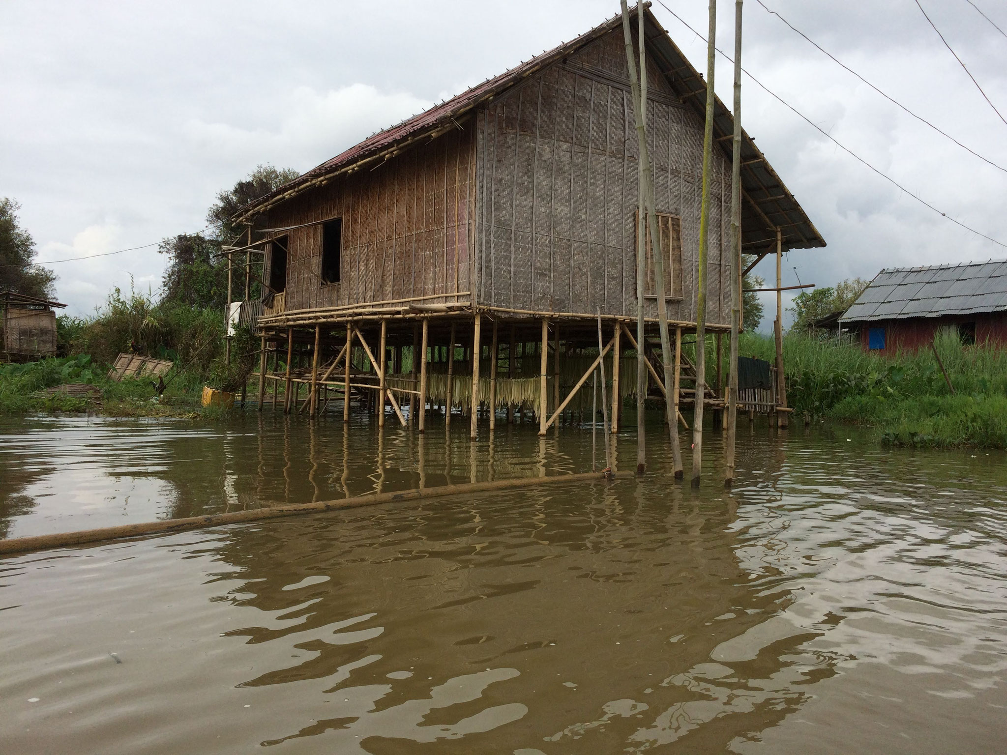 Aber auch die vielen Häuser bzw. Dörfer auf Stelzen zu sehen ist beeindruckend