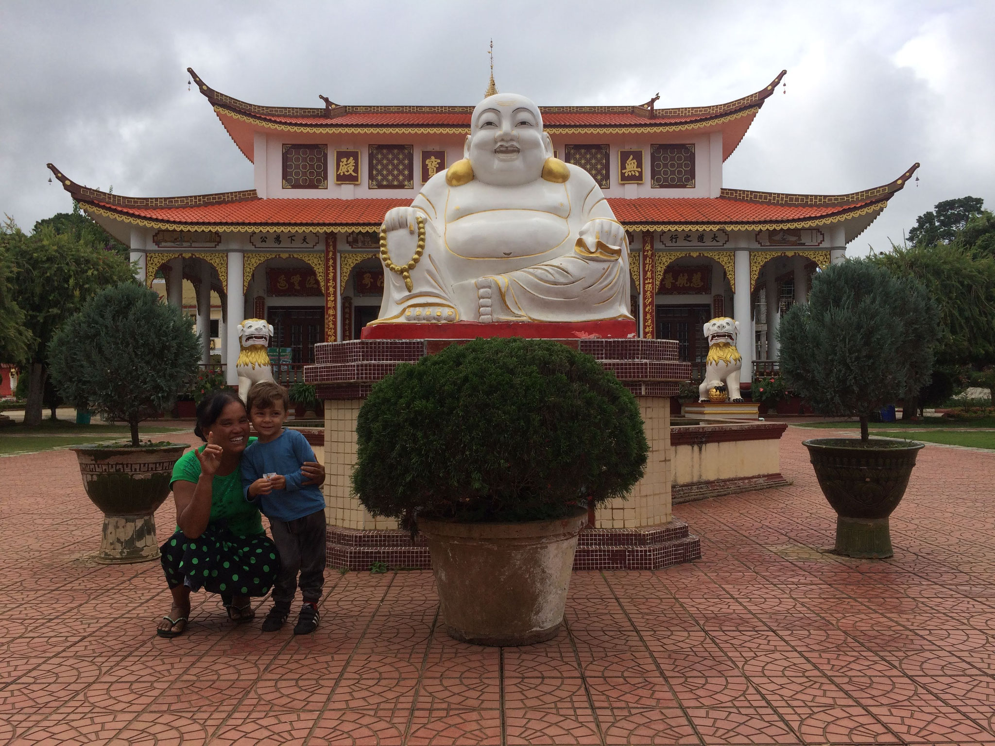 Mit Tempelbesichtigung - Wir wurden quer durch den Tempel bis nach draussen verfolgt! ;-)