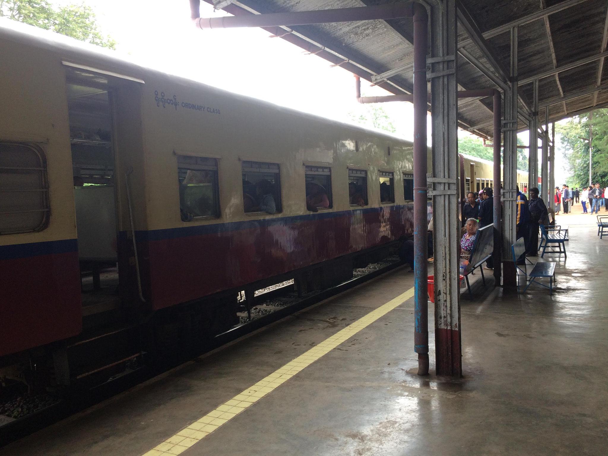 Bald gehts los! 4 Stunden Zugfahrt von Pyin Oo Lwin nach Naung Pain!