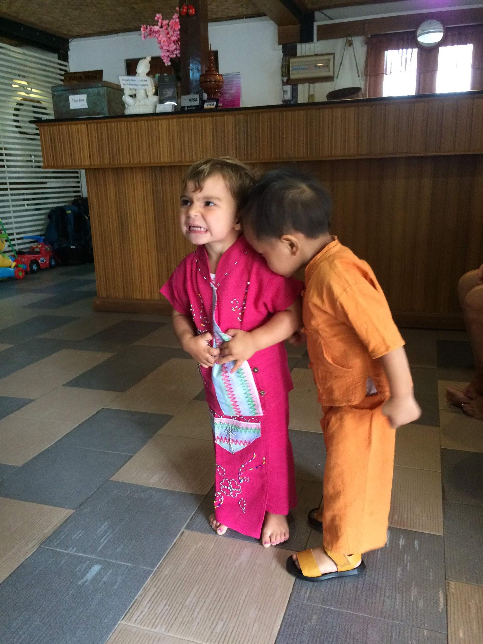 Wir wurden täglich beschenkt. Und am letzten Tag erhielten Anna und Gabriel einheimische Kleidung...An Grosszügigkeit sind die Burmesen nicht zu toppen!