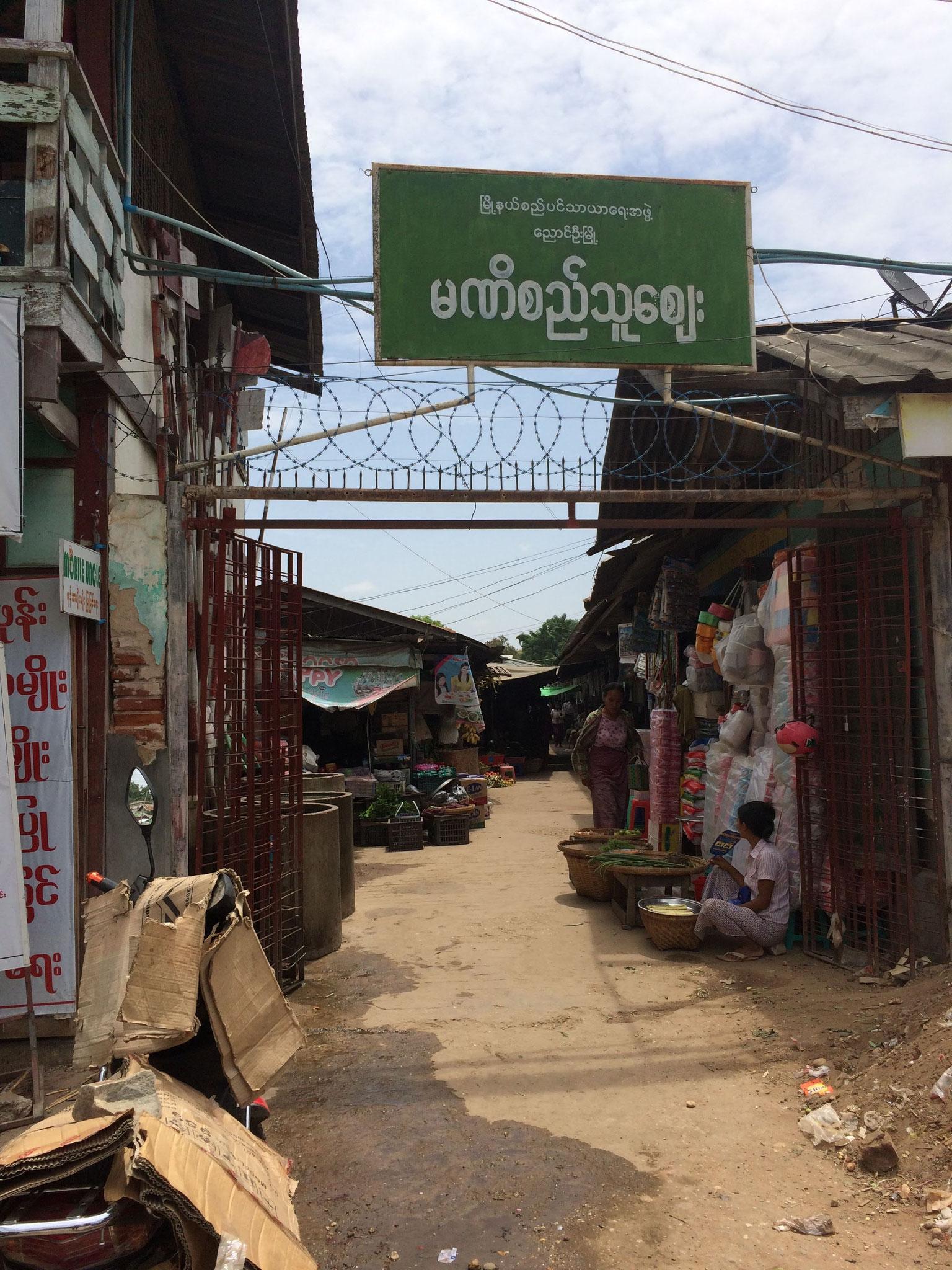 Eingang zum Labyrinth-Markt - Alllllles wird verkauft! ;-)
