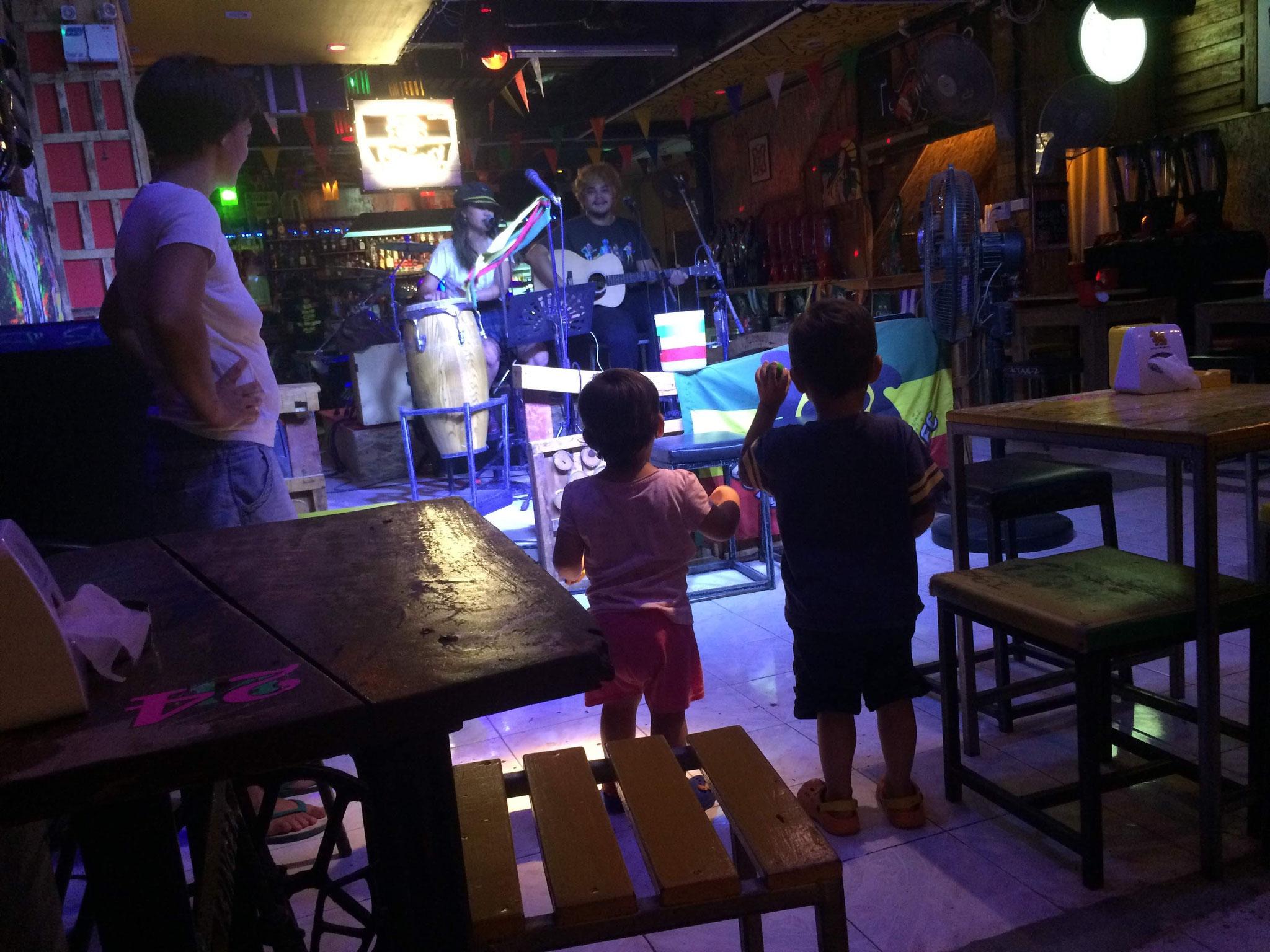 Nachtessen und Reggae Jam Session mit Rasseln! ,-)