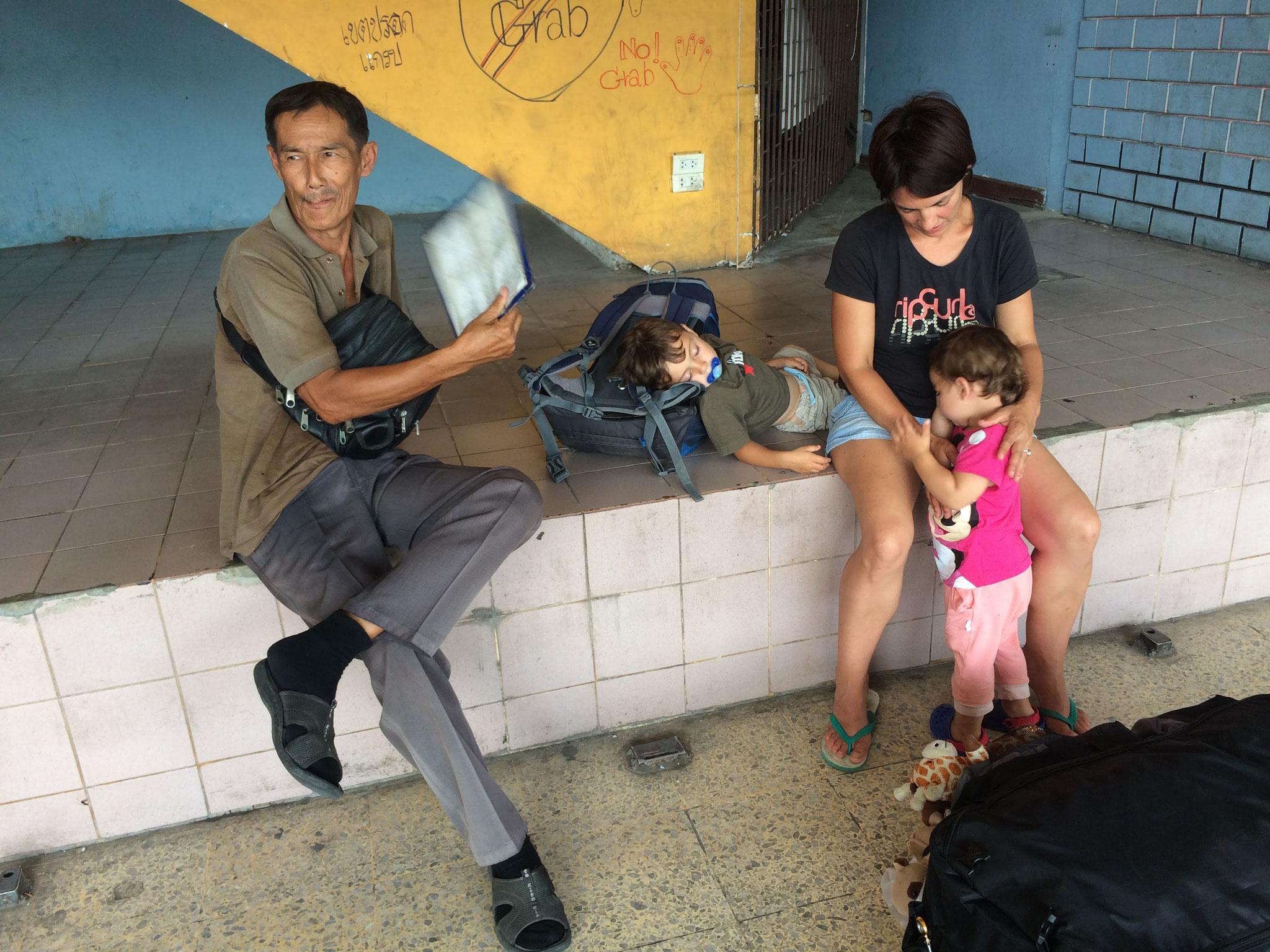 Am Busbahnhof Chiang Mai - Gabriel mit menschlichem Venti! ;-)