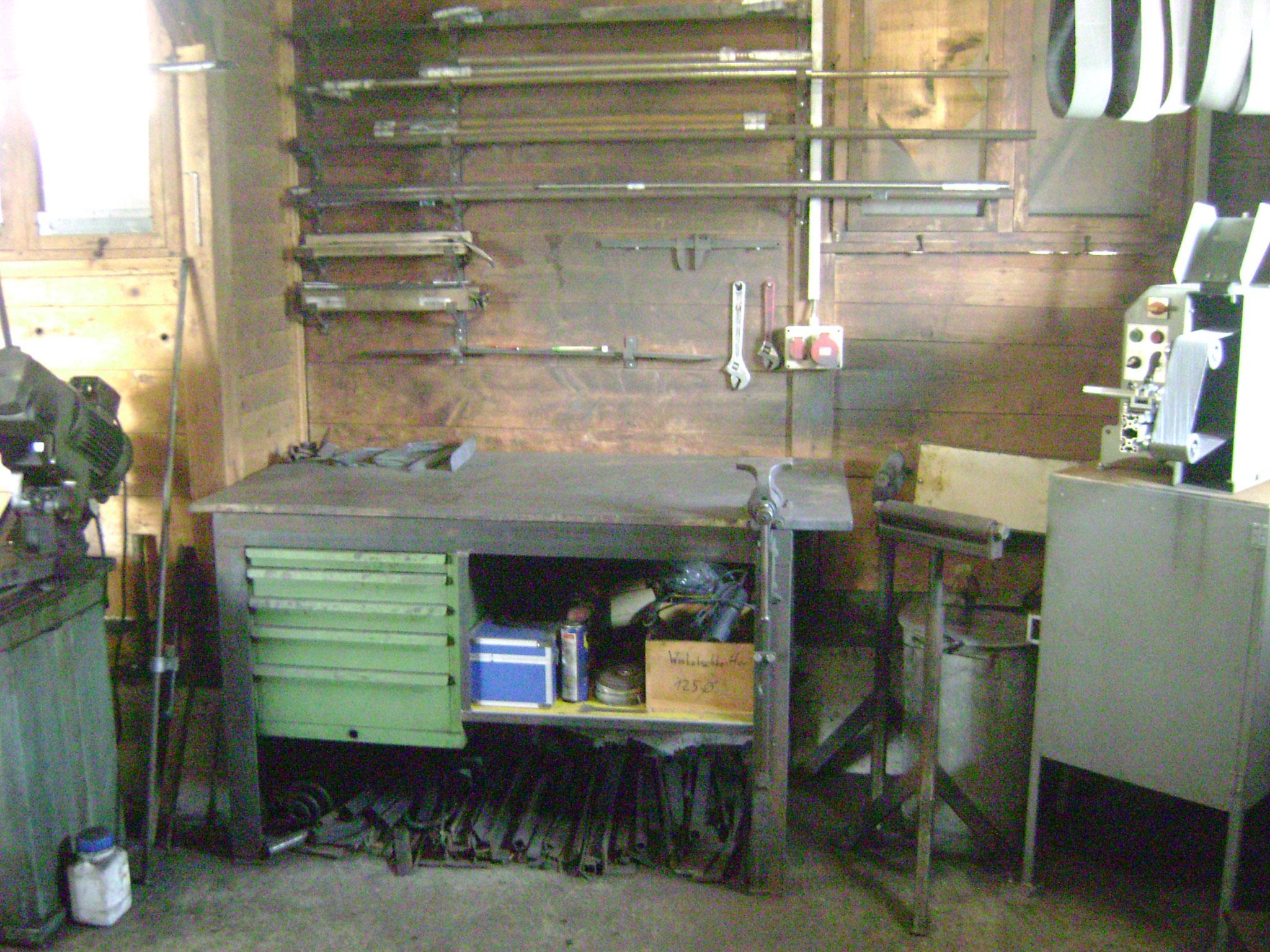 Werkbank mit Schmiedesraubstock und Bandschleifmaschine