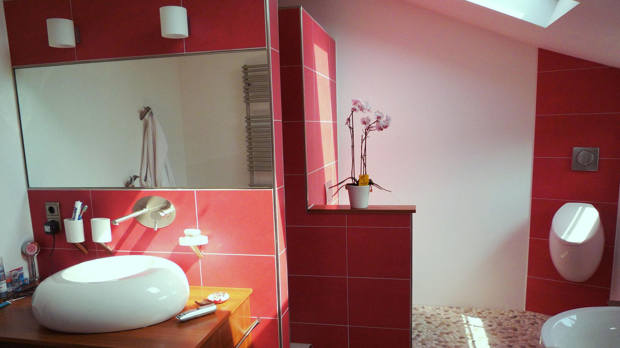 Altbausanierung Privatkunden: Decke und Wände, Boden mit Kieselsteinbelag, Trockenbau-, Putz-, Fliesen- und Malerarbeiten