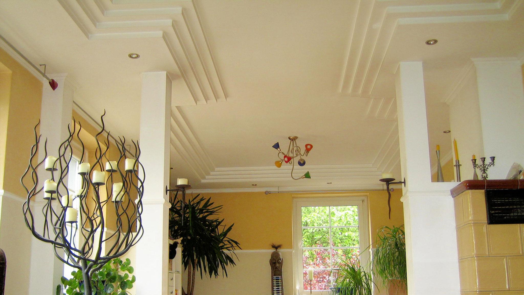 Altbausanierung Privatkunde: Wohnzimmer-Decke mit Formteilen und Beleutung, Dekorputz an Wänden, Trockenbau-, Putz und Malerarbeiten