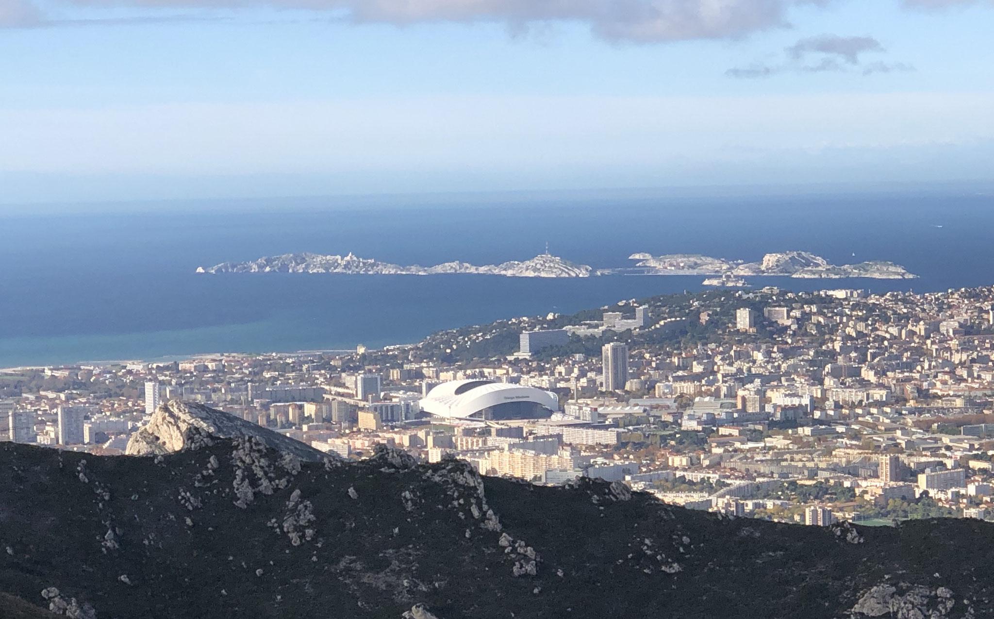d'où l'on découvre le stade Orange Vélodrome et les îles du Frioul