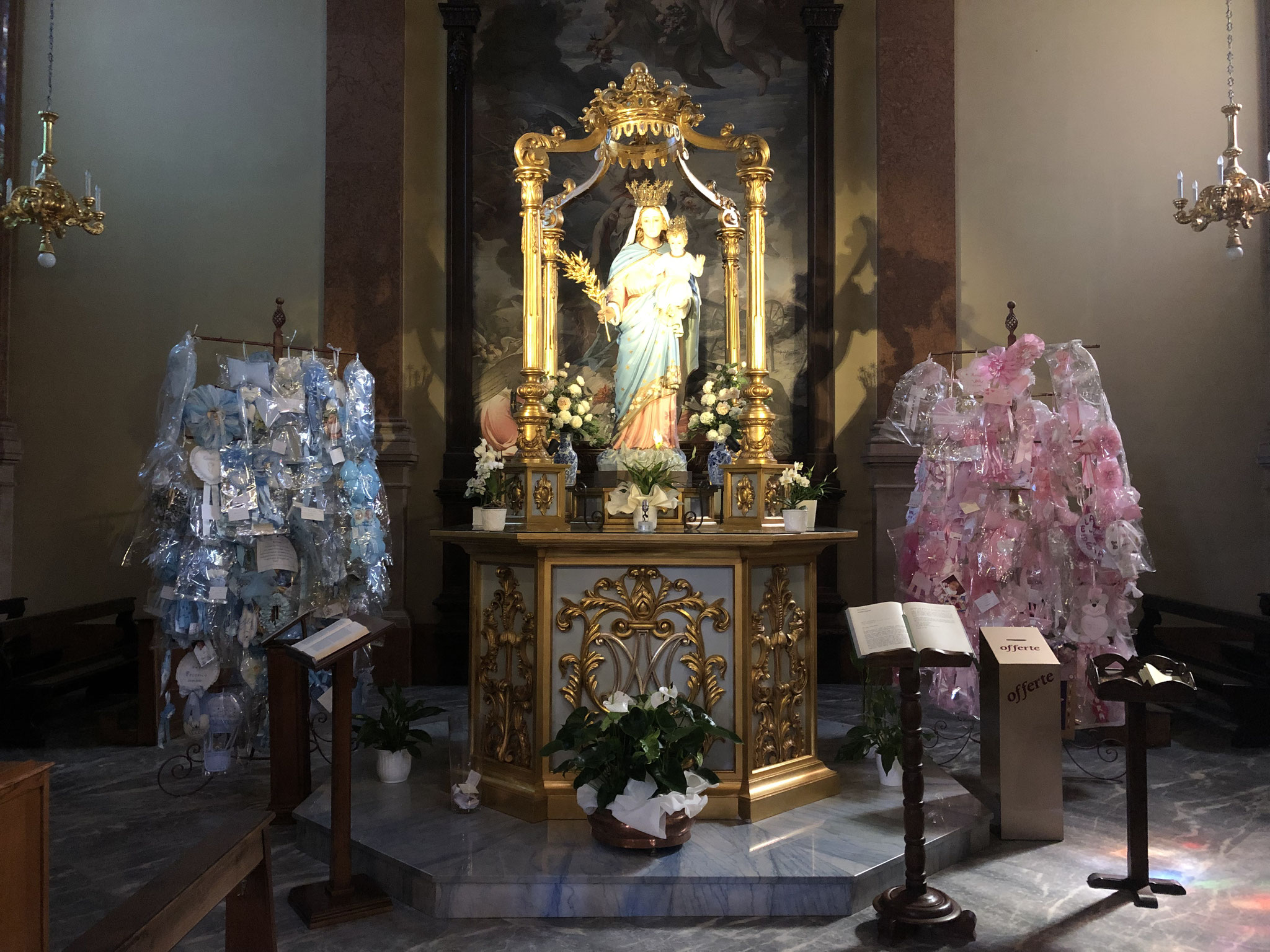 Des offrandes à la Vierge.