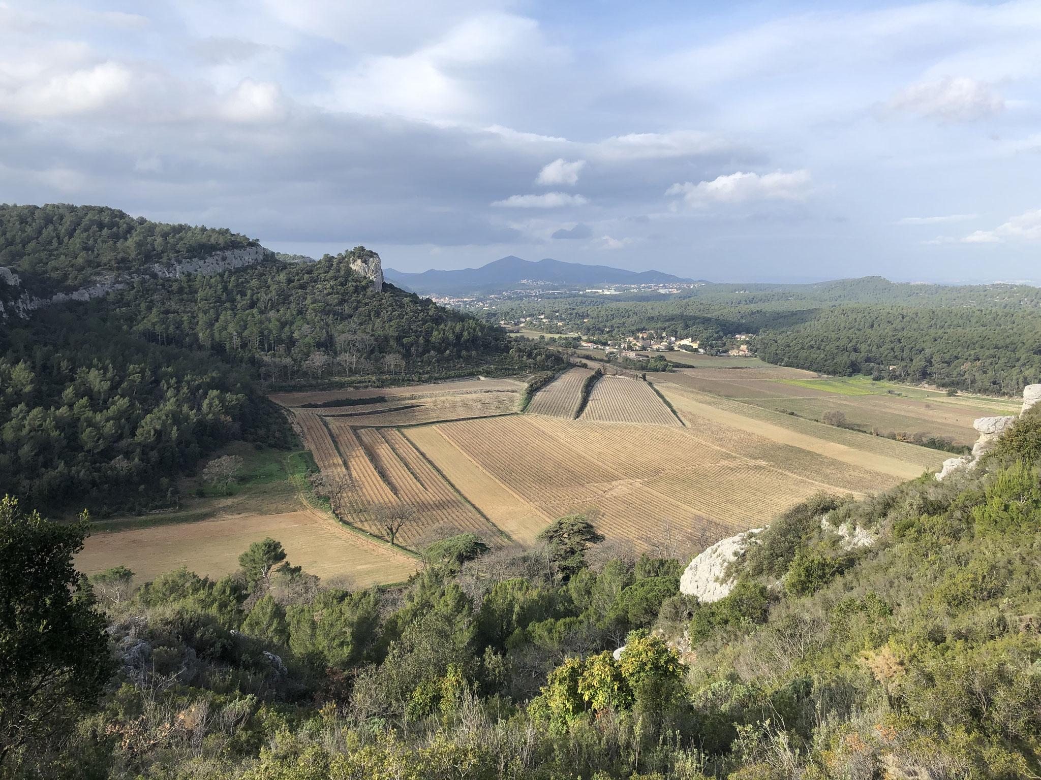 A gauche, les ruines du château et le hameau de Roquefort