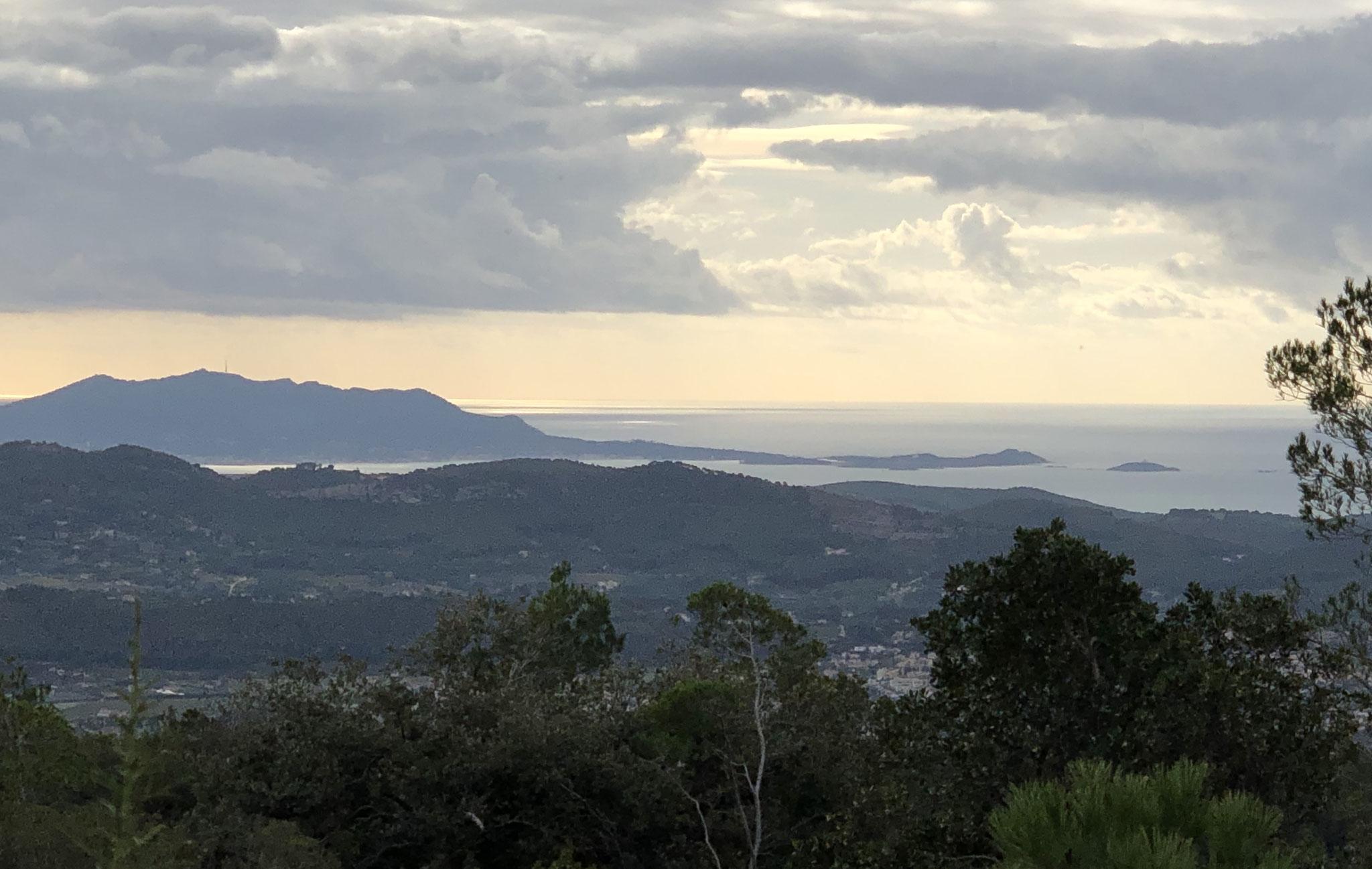 Vue du GR 51 sur la Madrague et la pointe Grenier
