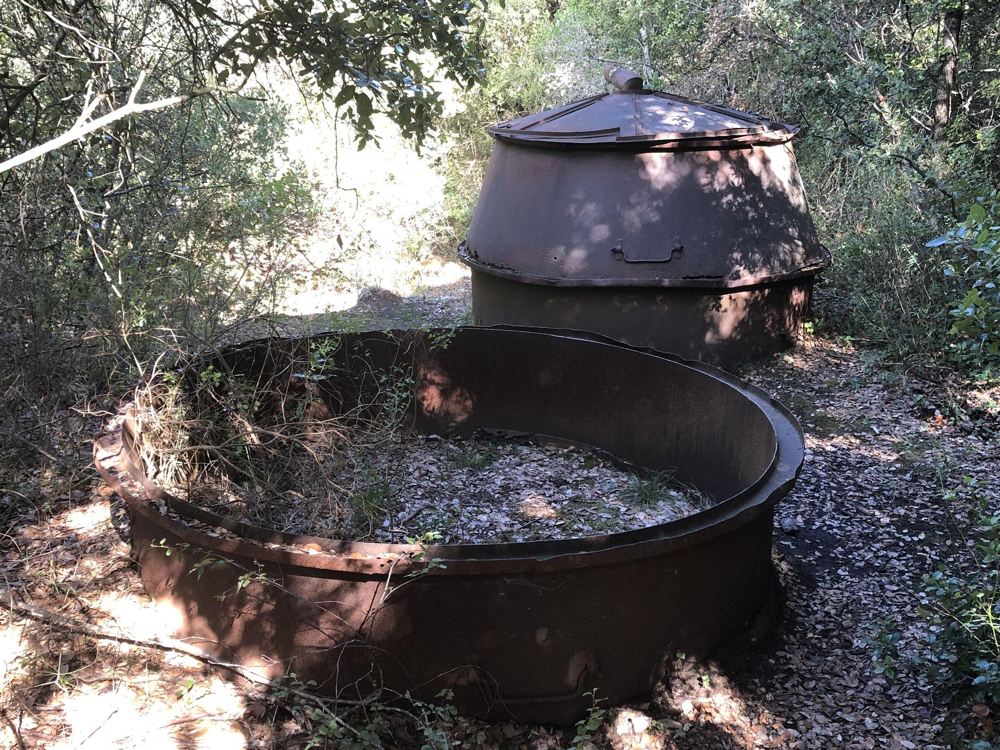 Morceaux d'anciennes charbonnières, fours à charbon de bois, emportées par le courant important
